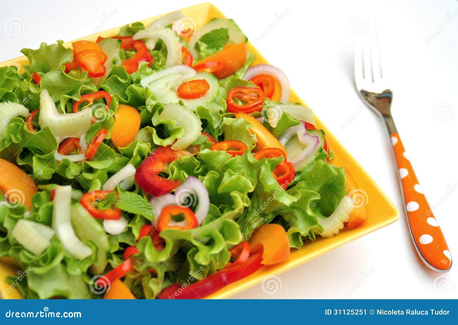Detoxmat med rå grönsaker på en platta