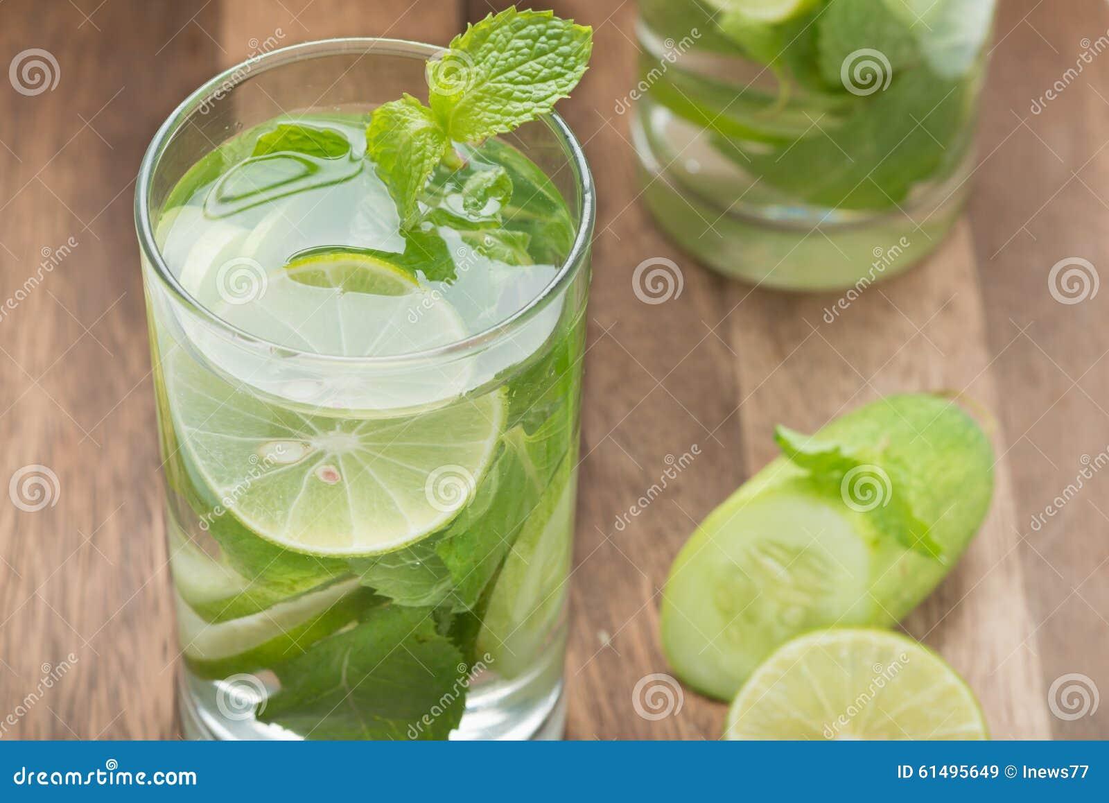Detoxvatten, limefrukt med gurkor och mintkaramell
