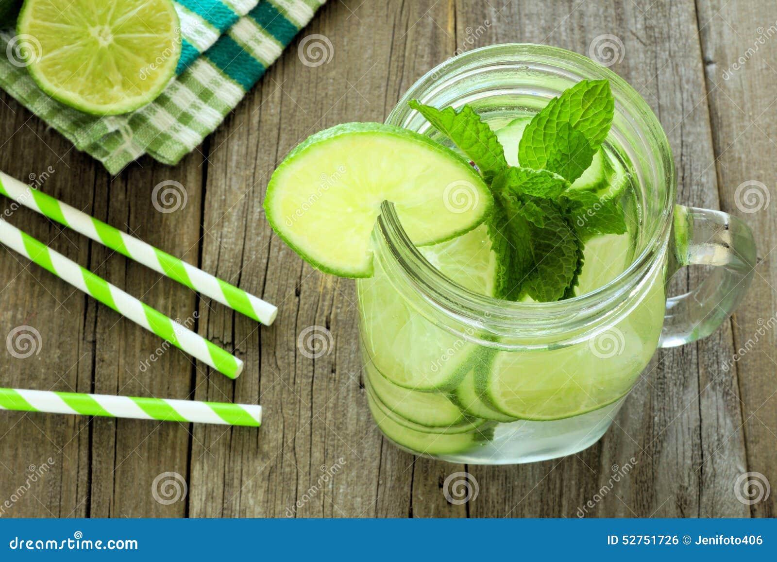 Detoxvatten med ovannämnd sikt för limefrukt och för gurkor i krus