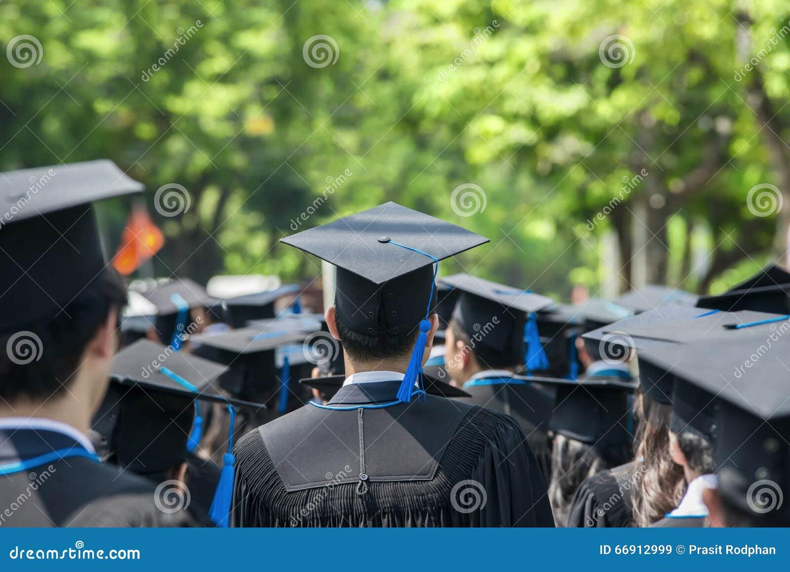 Detrás de graduados durante el comienzo en la universidad