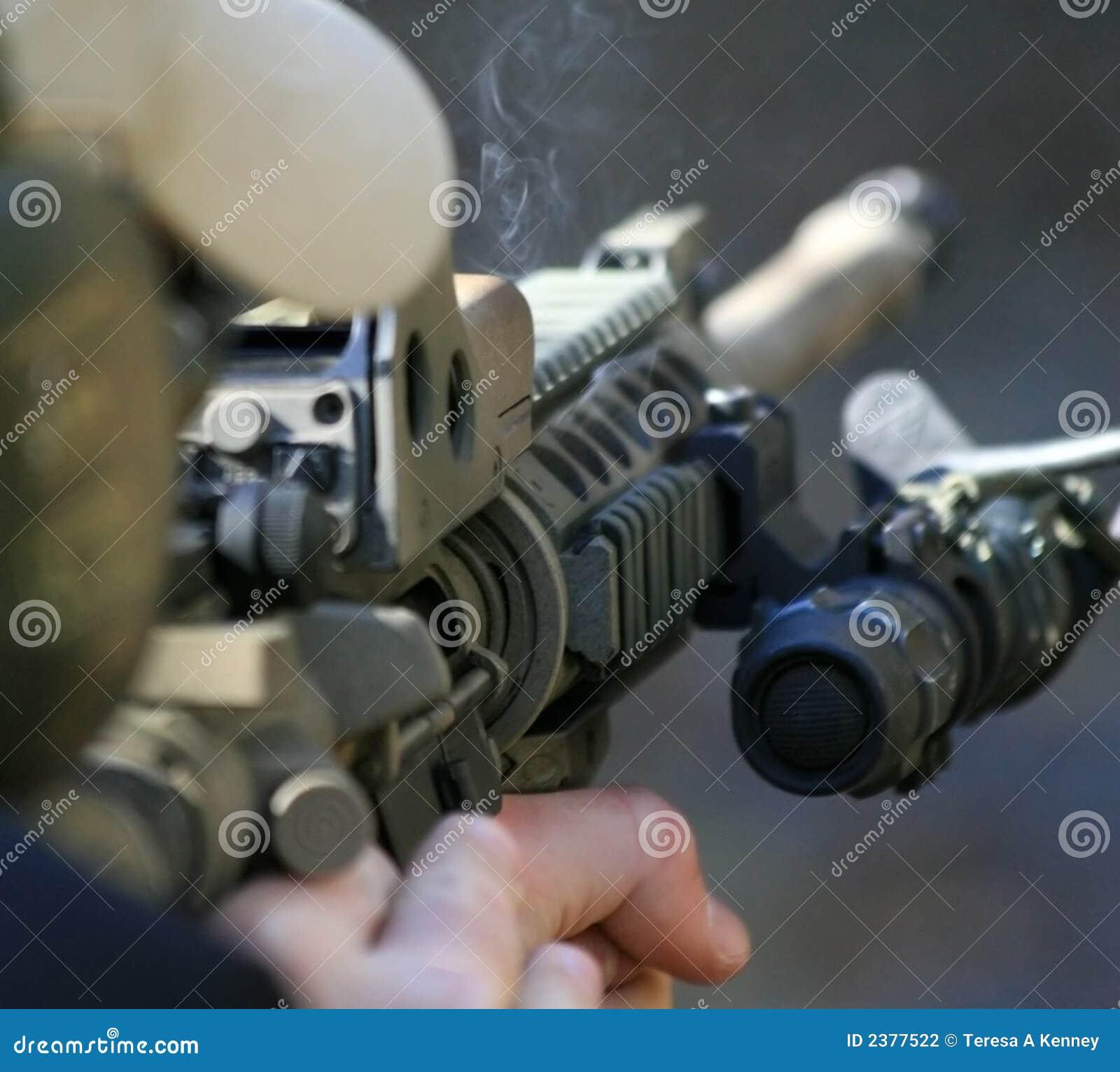 Detrás de un rifle de asalto
