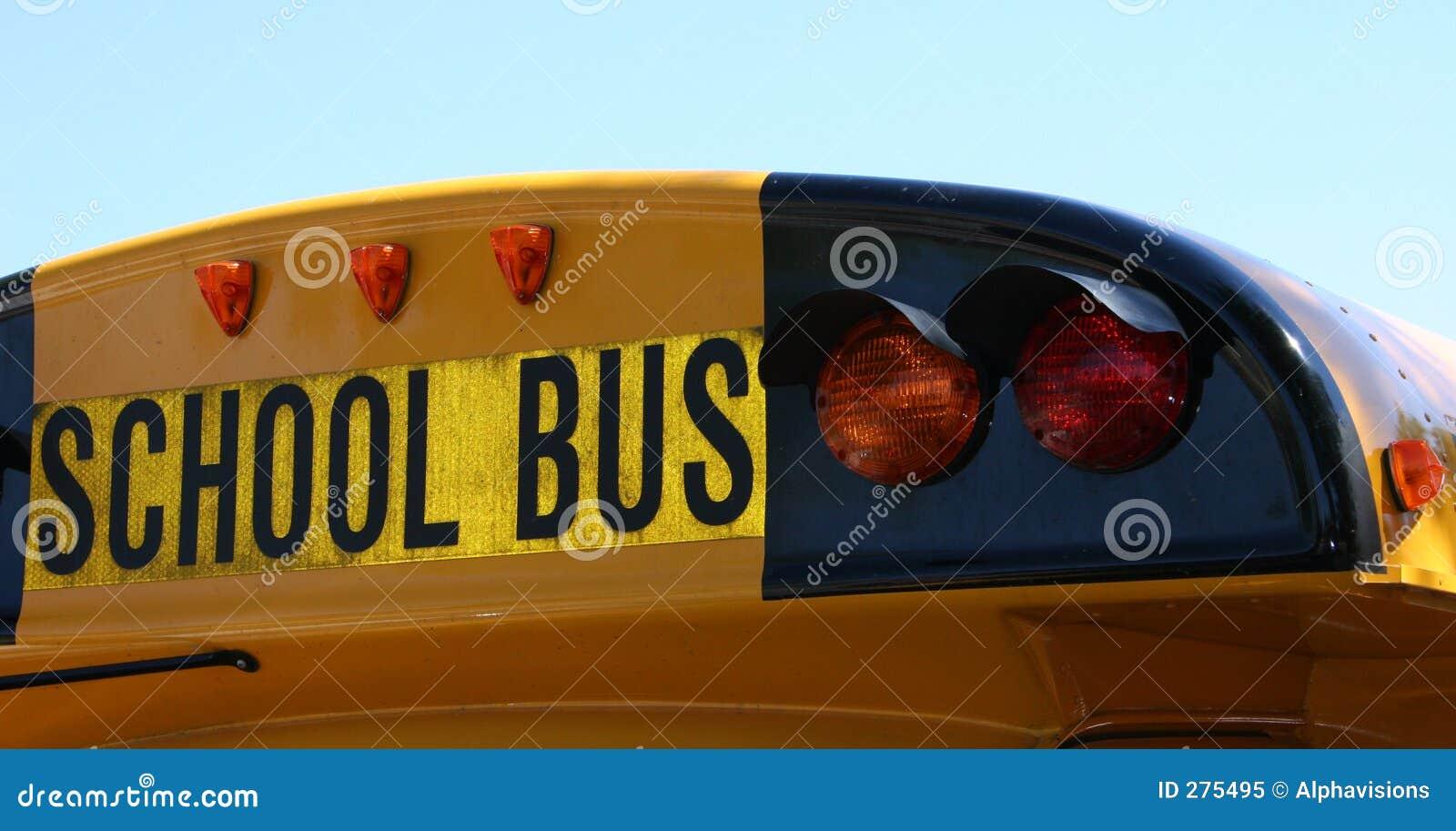 Detrás del autobús escolar
