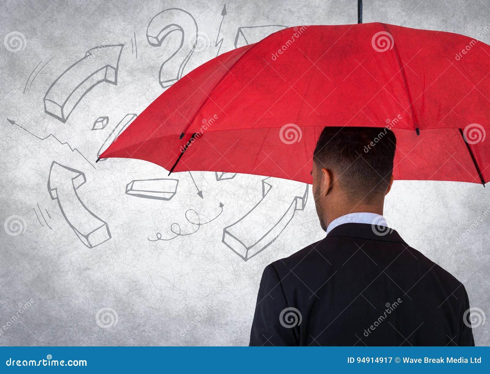 Detrás del hombre de negocios con el paraguas contra la pared blanca con el gráfico de la matemáticas y la capa del grunge