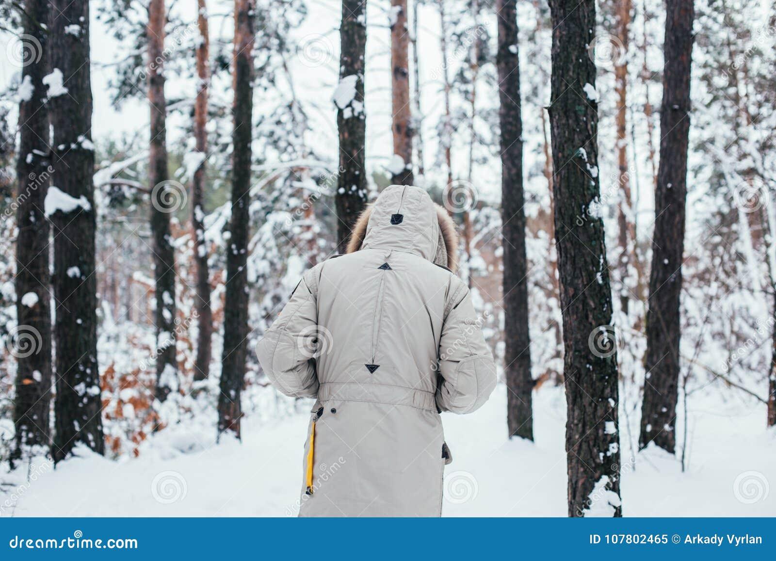 Del En Bosque Detrás Paseo Invierno La Hombre Abrigo De dnBOPH
