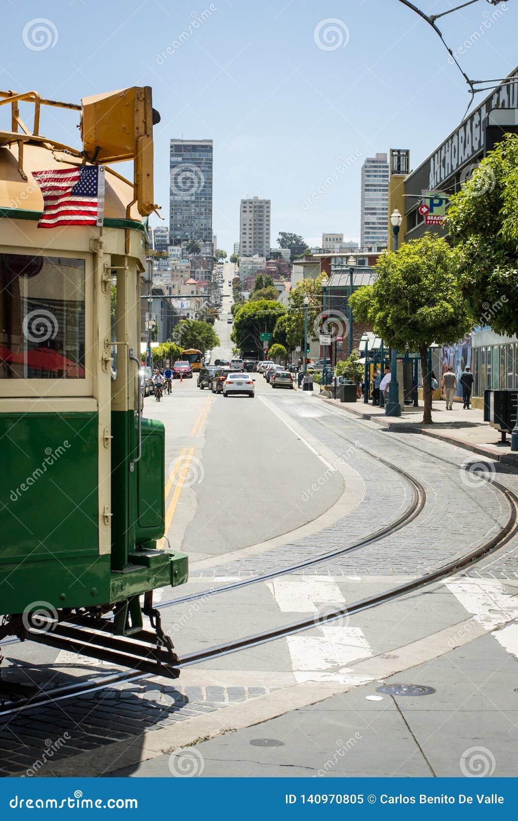 Detrás del paso de la tranvía de San Francisco