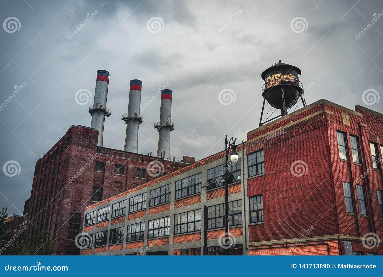 Detroit, Michigan, Maj 18, 2018: Widok w kierunku typowej Detroit Automobilowej fabryki z wieża ciśnień i kominem