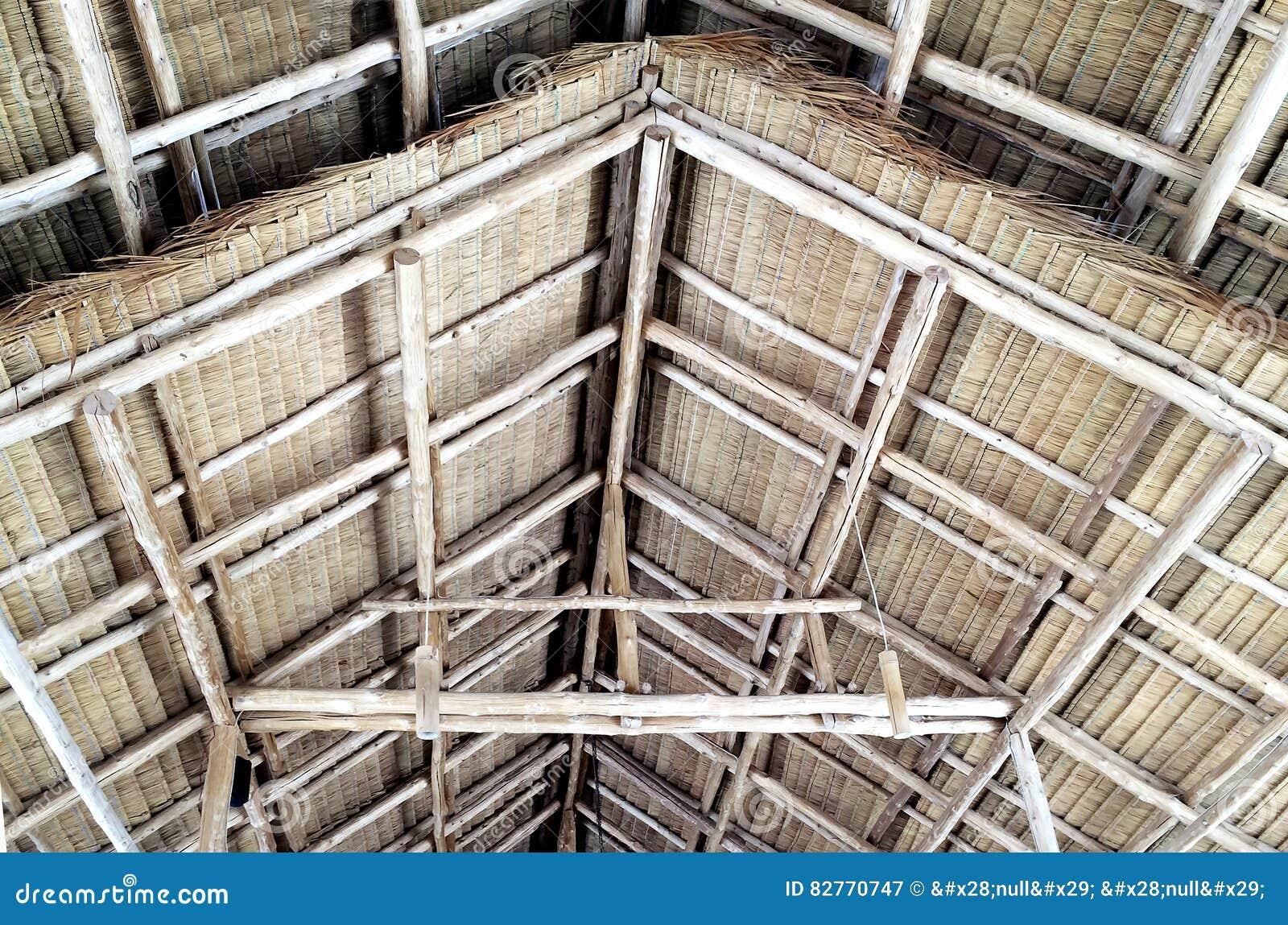 dettagli della struttura di tetto di legno ricoperta di