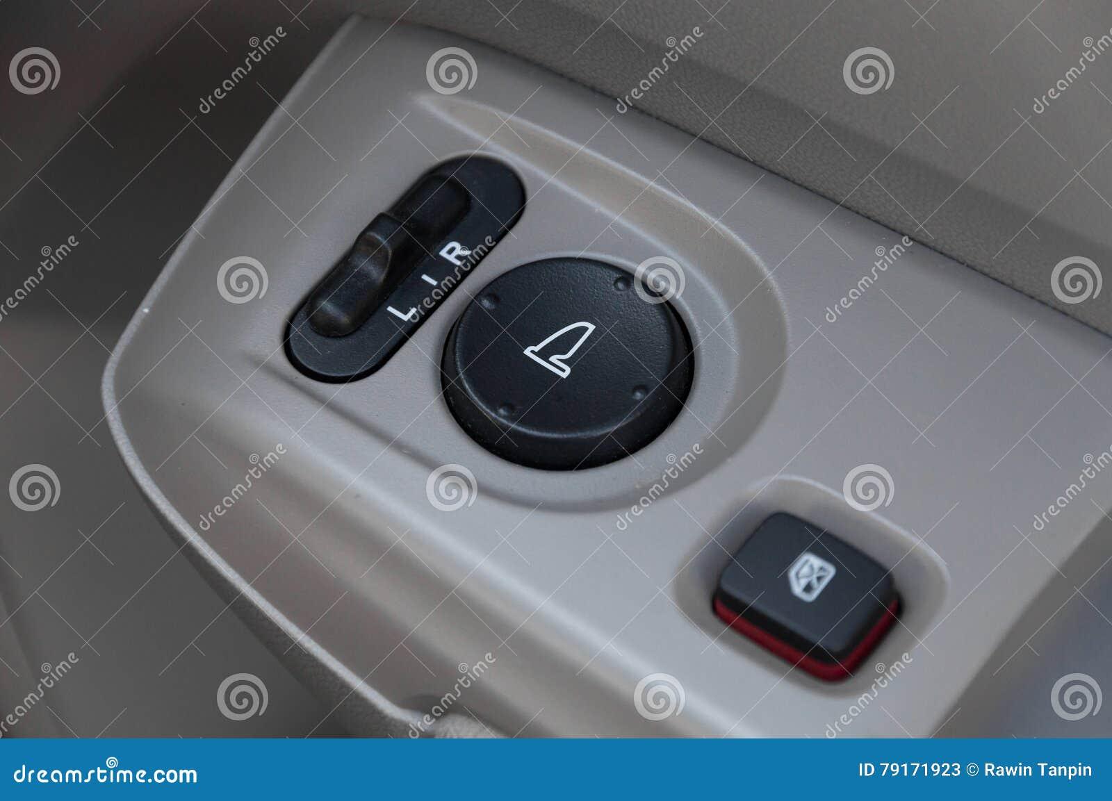 Dettagli interni dell automobile della maniglia di porta con i comandi e gli adeguamenti delle finestre