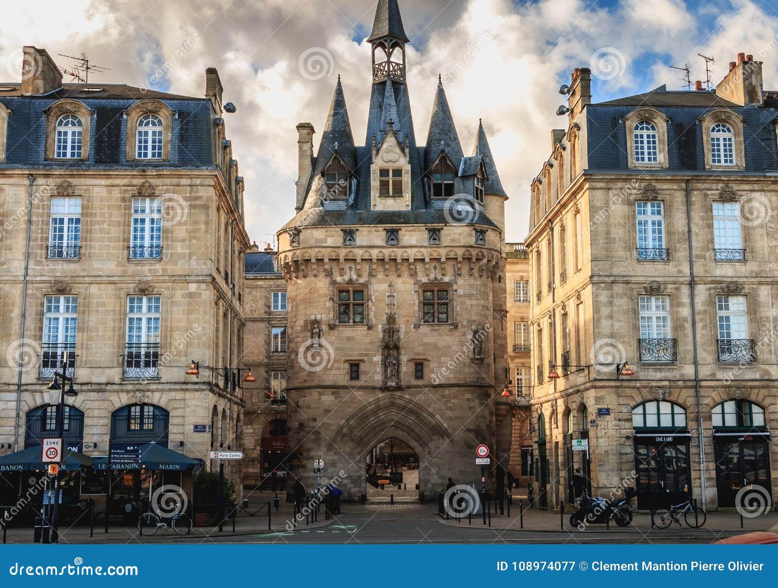 Dettaglio architettonico del portone di Cailhau in Bordeaux