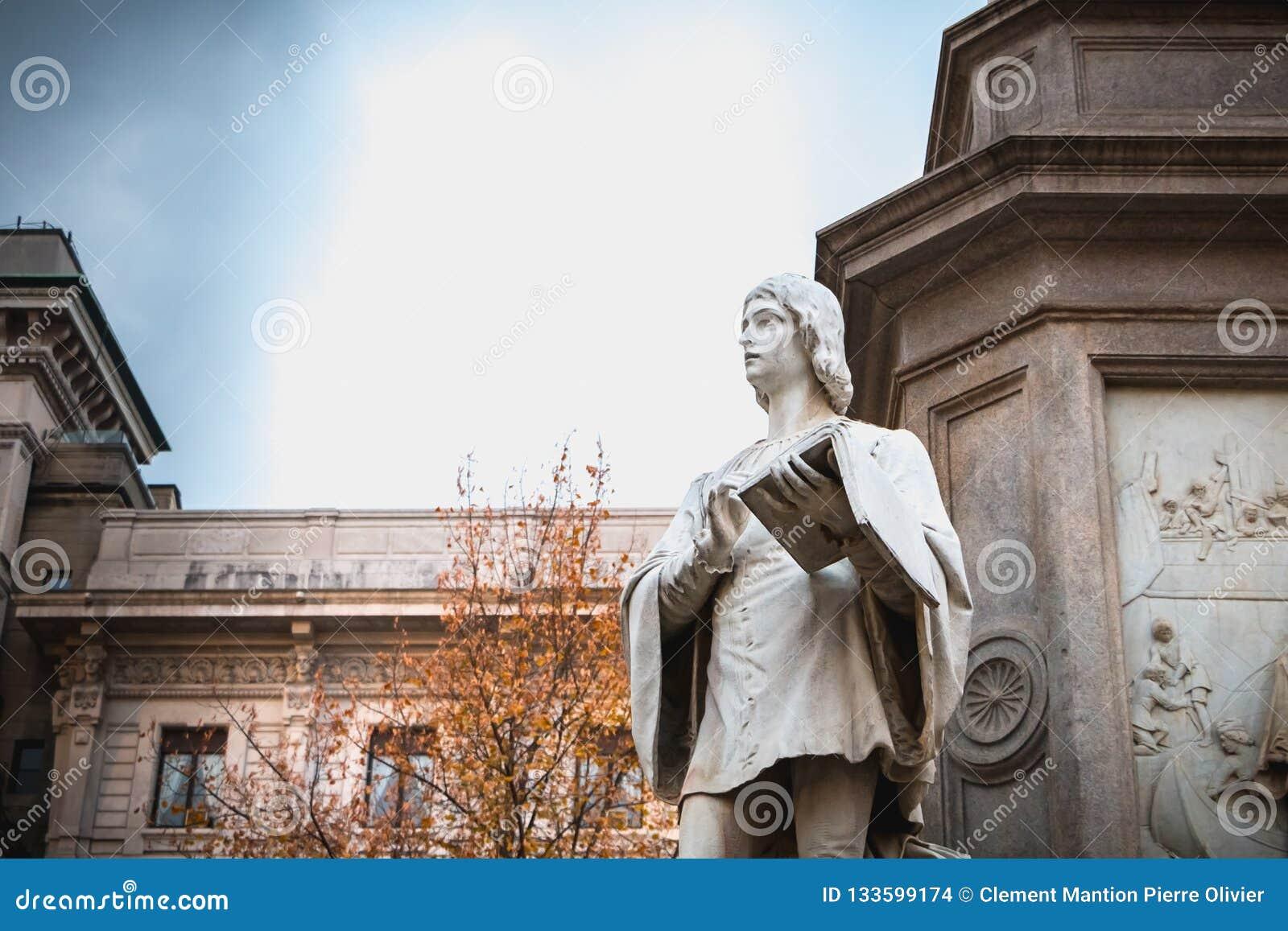 Dettaglio architettonico di una statua alla gloria di Leonardo da Vin