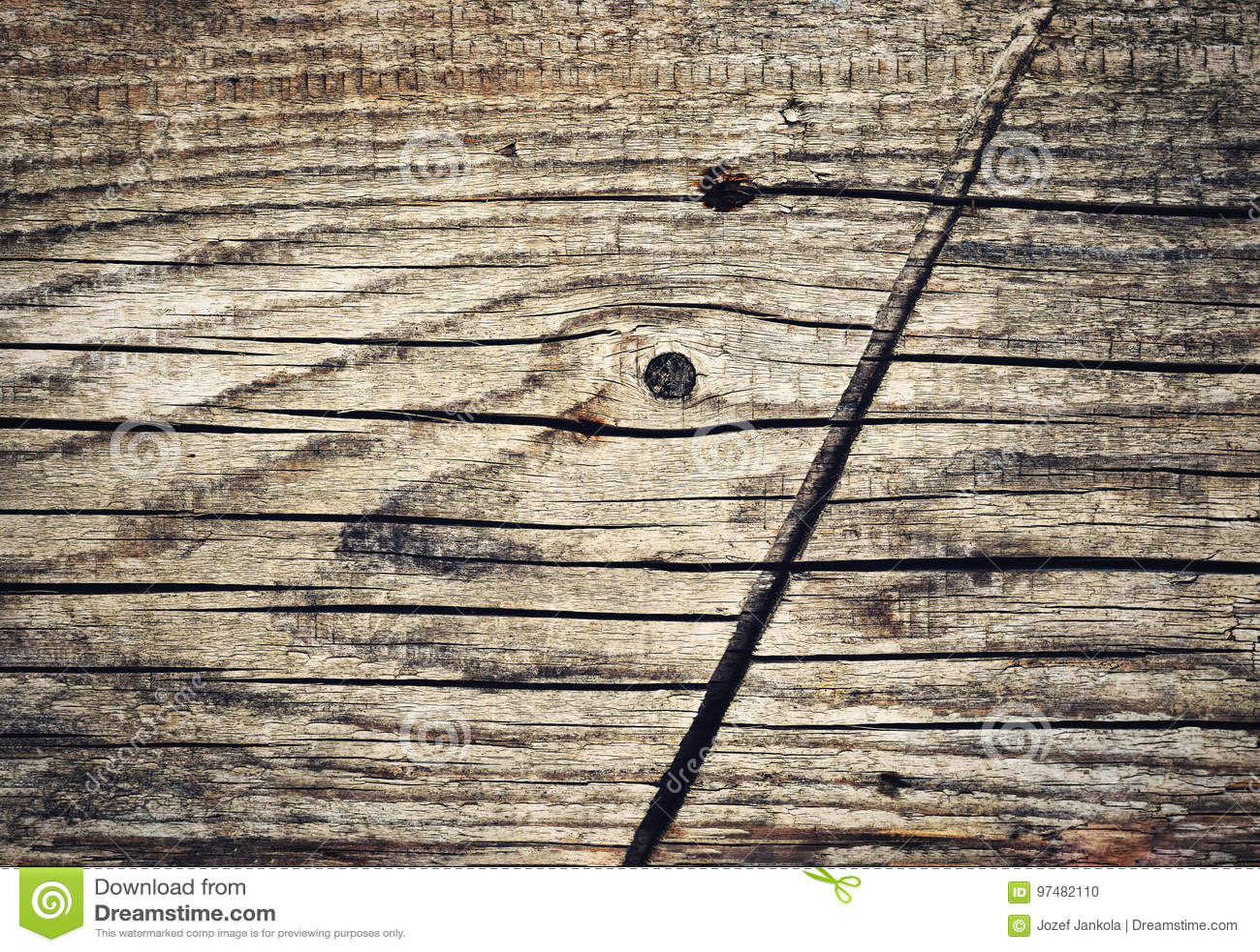 Dettaglio del bordo di legno anziano con il taglio