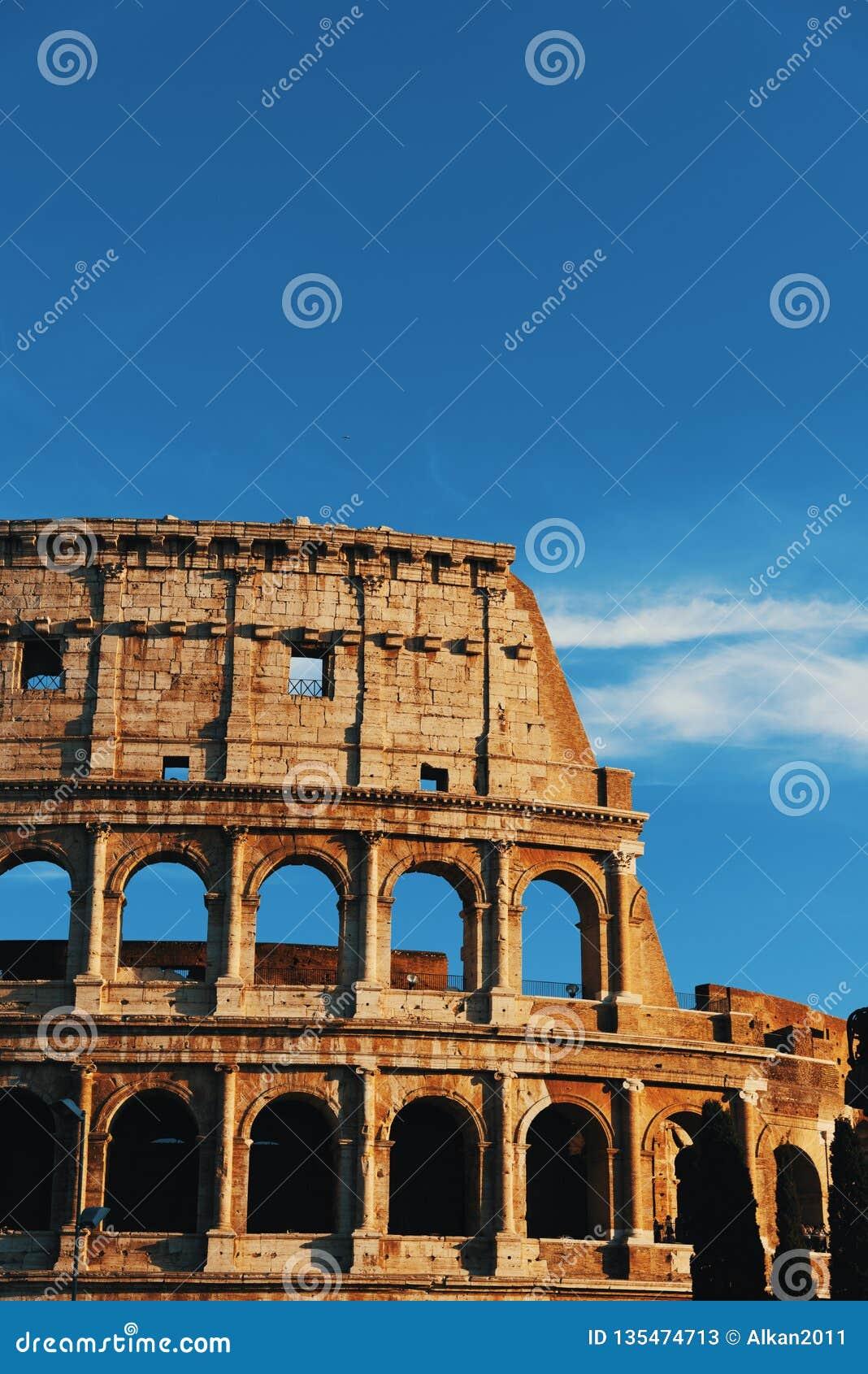 Dettaglio del Colosseo di fama mondiale al tramonto