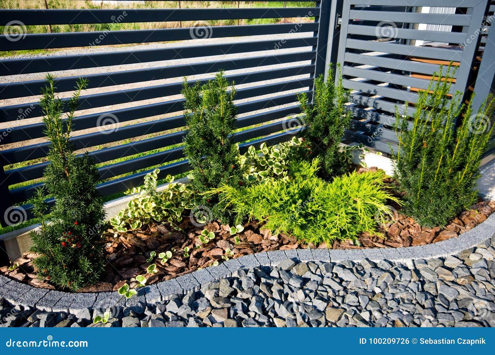 Dettaglio del giardino recinto con l 39 angolo degli alberi for Angolo giardino