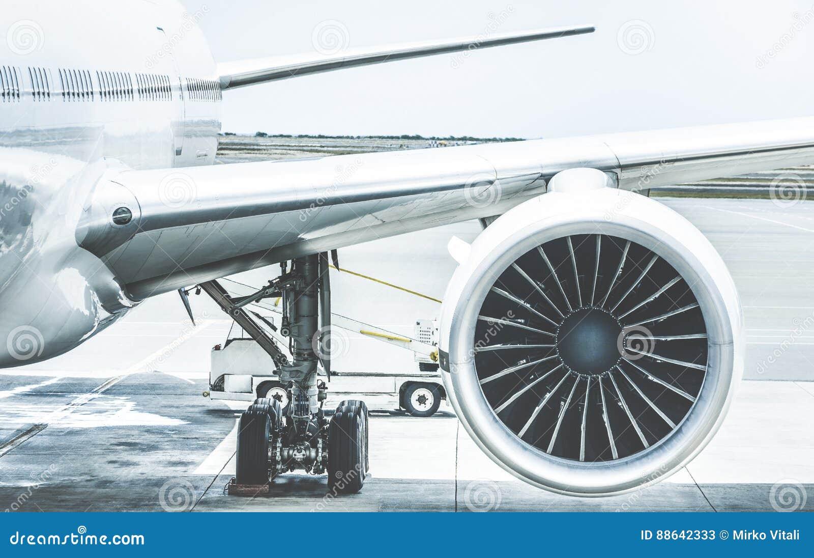 Dettaglio dell ala del motore dell aeroplano al portone del terminale di aeroporto