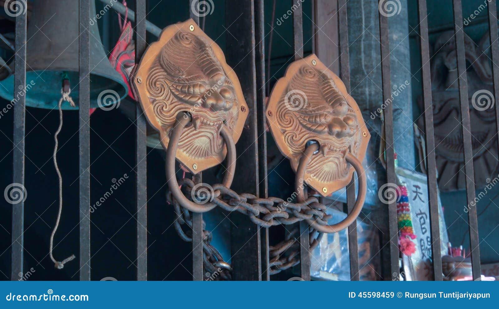 Dettaglio della decorazione della maniglia della porta di - Maniglia della porta ...