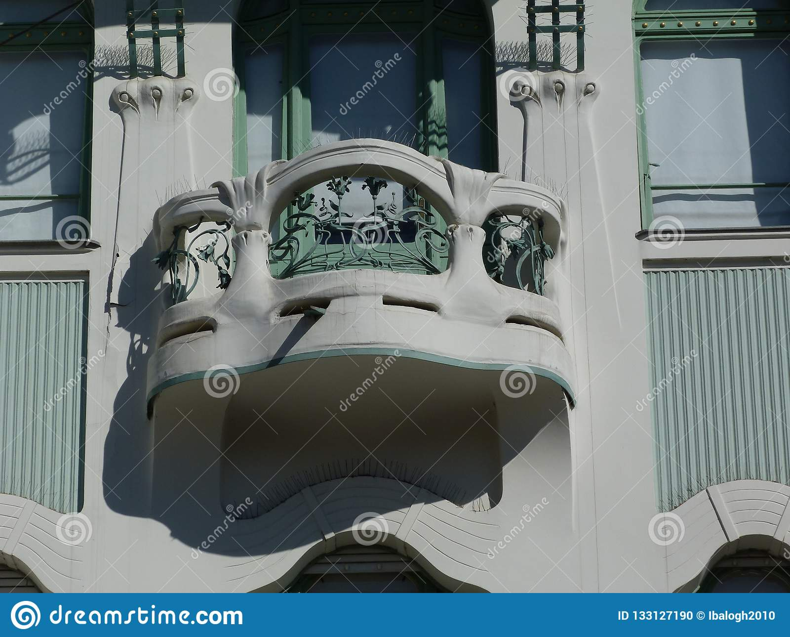 Dettaglio della facciata di stile del secessionista con il balcone e la finestra verde