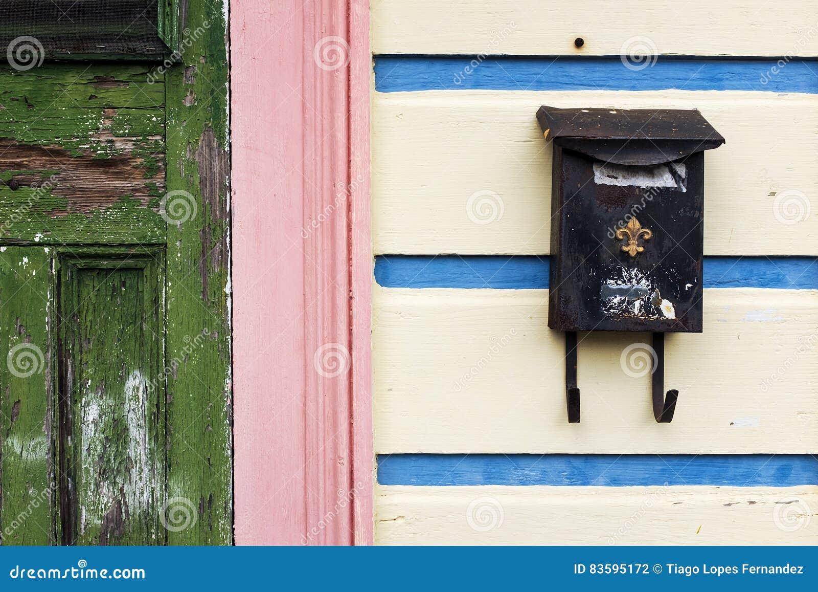 Dettaglio della facciata di una casa variopinta a New Orleans