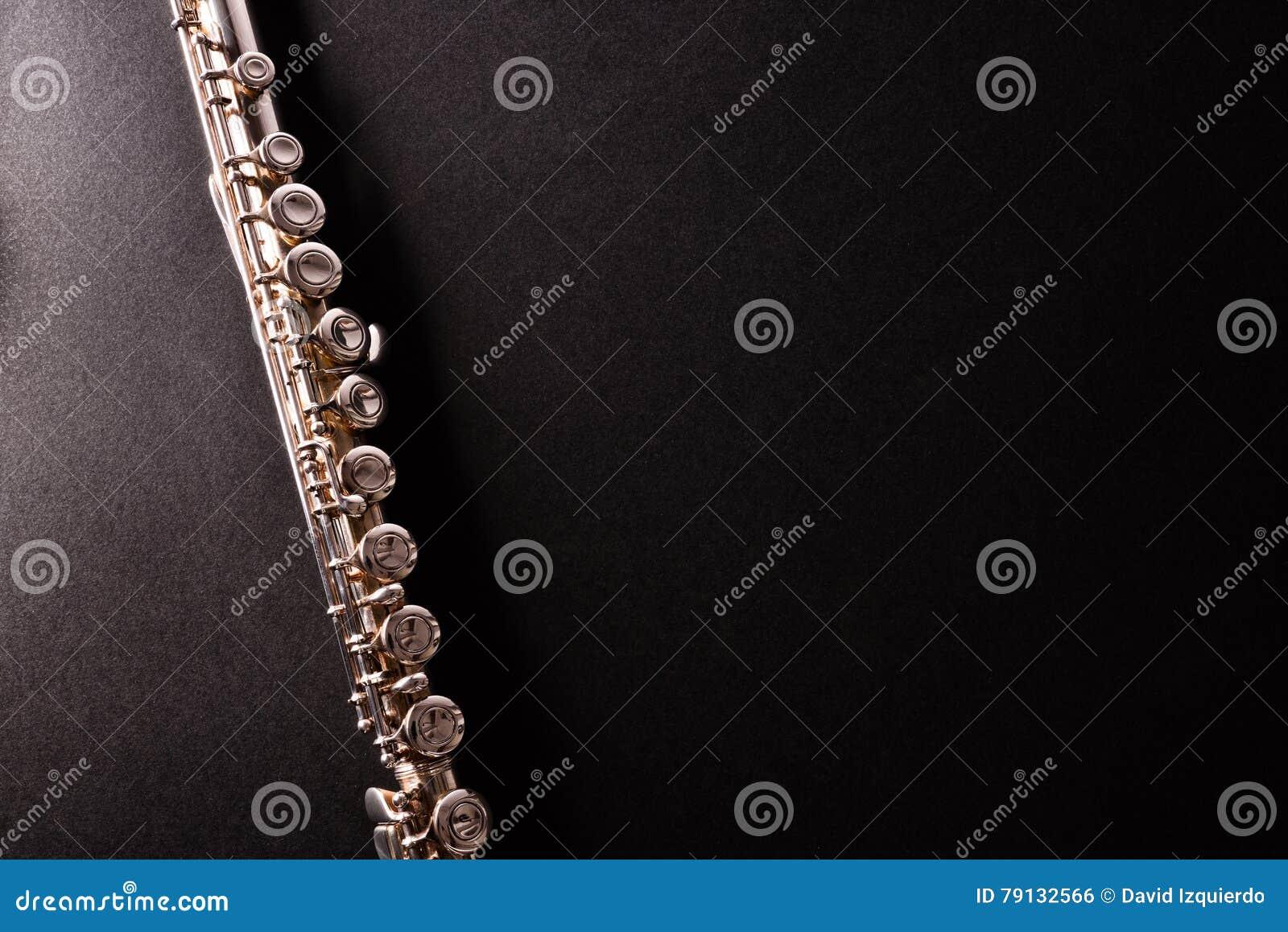Dettaglio della flauto del tansverse sulla vista nera del piano d appoggio