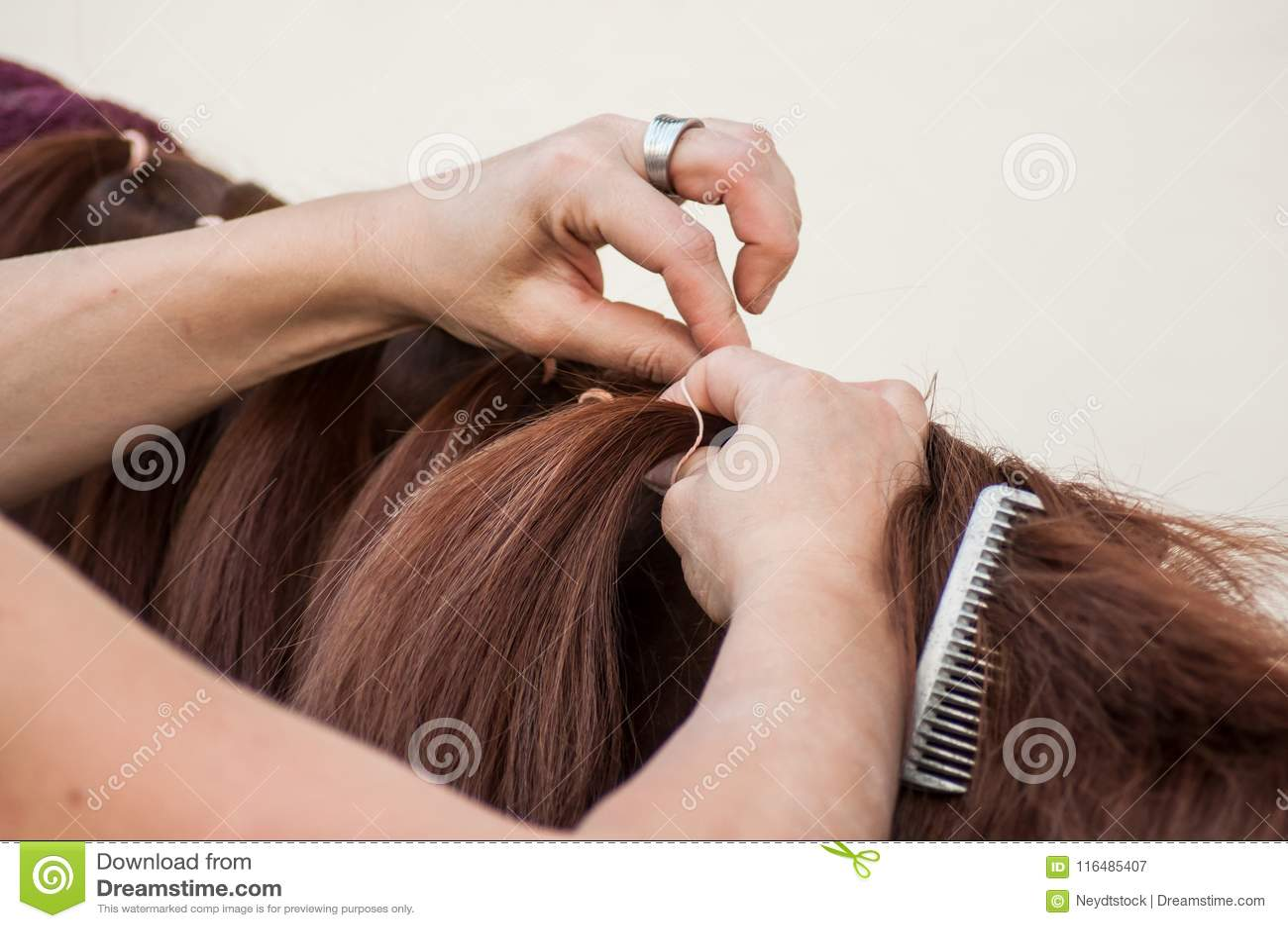 Dettaglio della treccia della donna con i capelli della criniera di un noioso