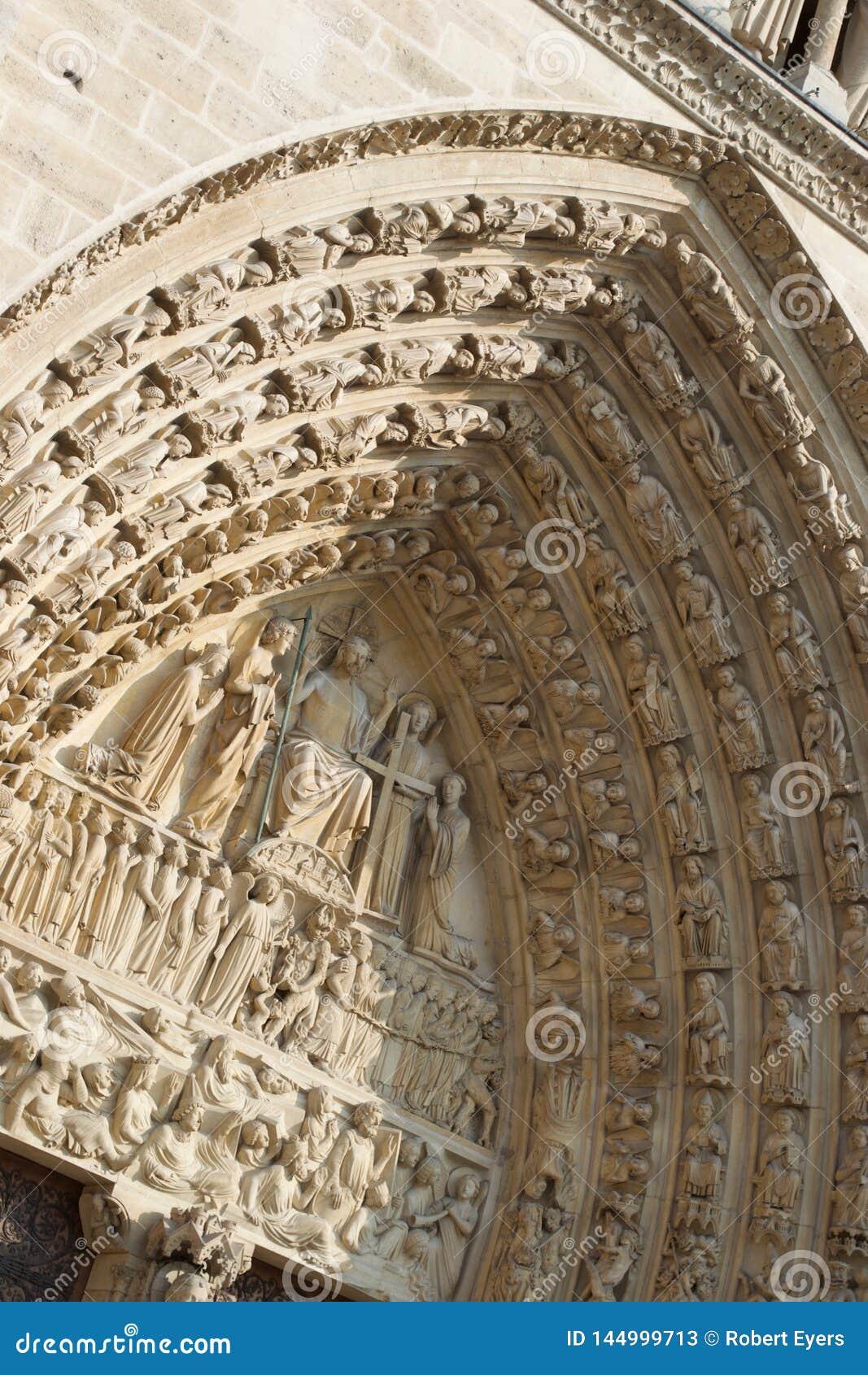 Dettaglio delle sculture sopra la porta, Notre entrante Dame Cathedral Paris, Francia