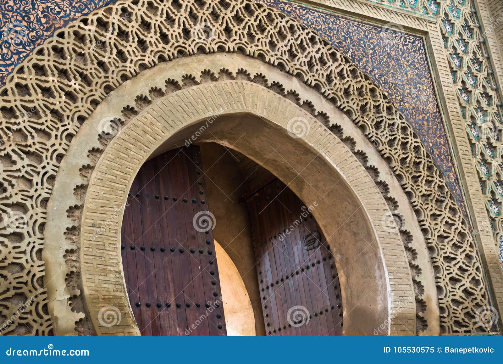 Dettaglio di bab mansour gate al quadrato di el hedime decorato con
