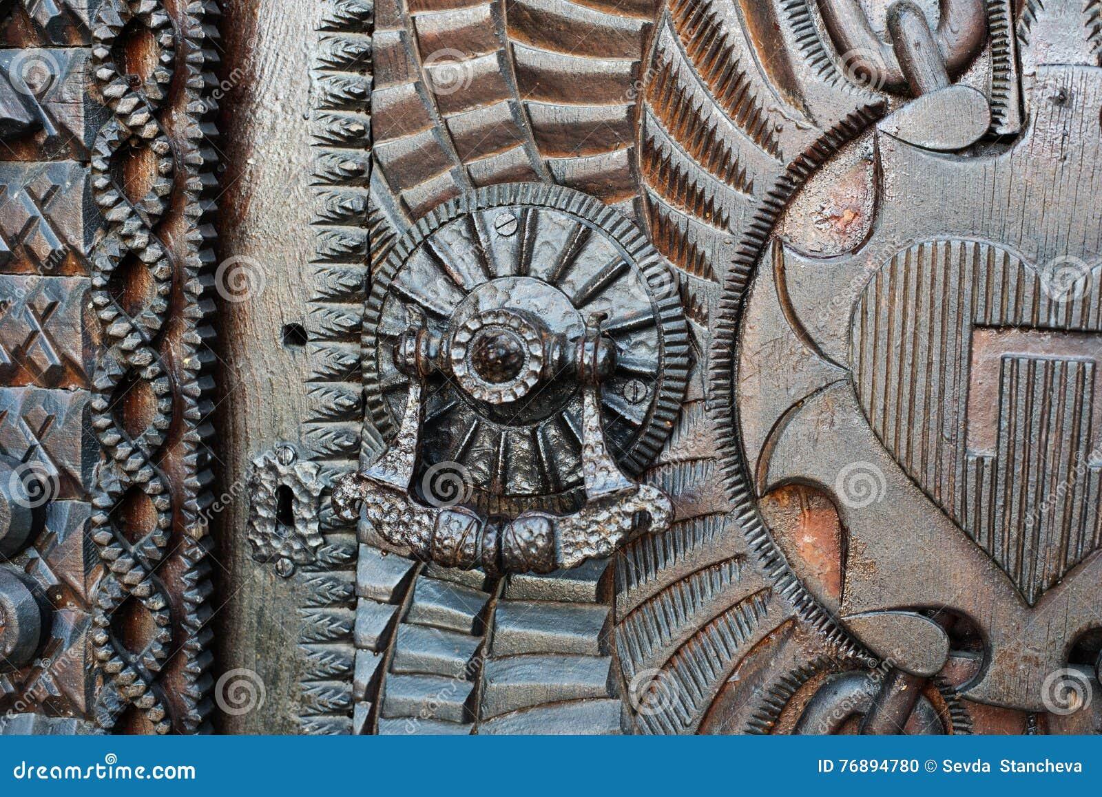 Dettaglio di porta molto vecchia del metallo del ferro, battitore