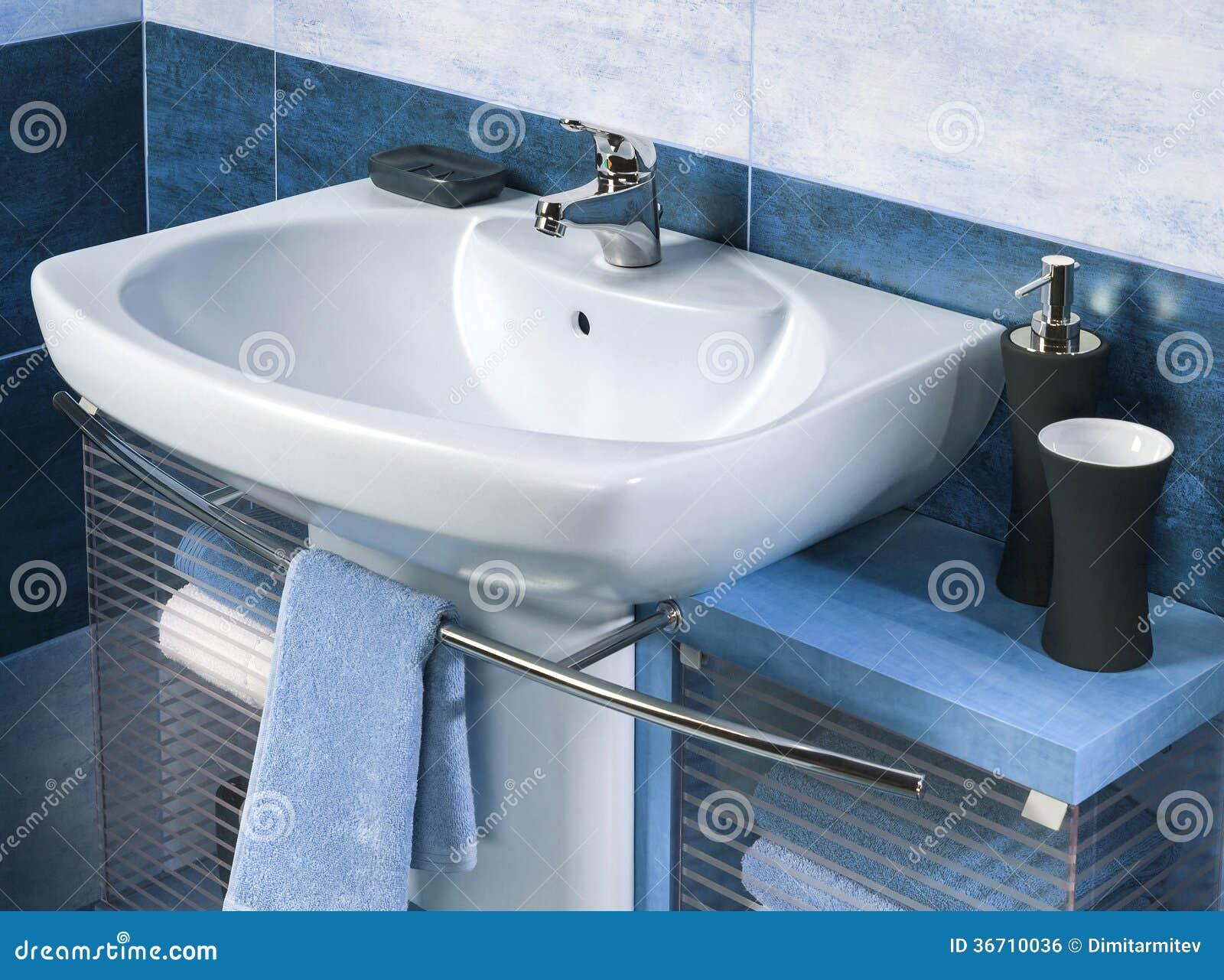 Dettaglio di un bagno moderno con il lavandino e gli accessori