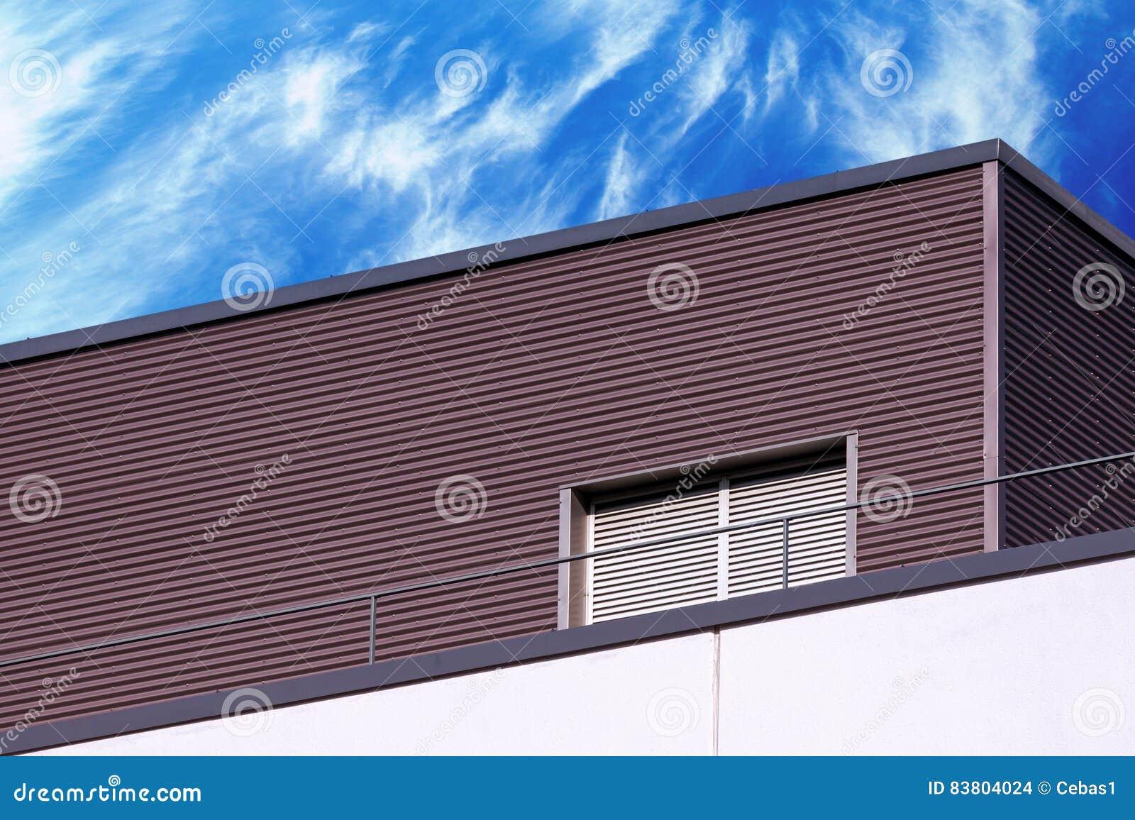 Dettaglio moderno astratto della costruzione e cielo nuvoloso