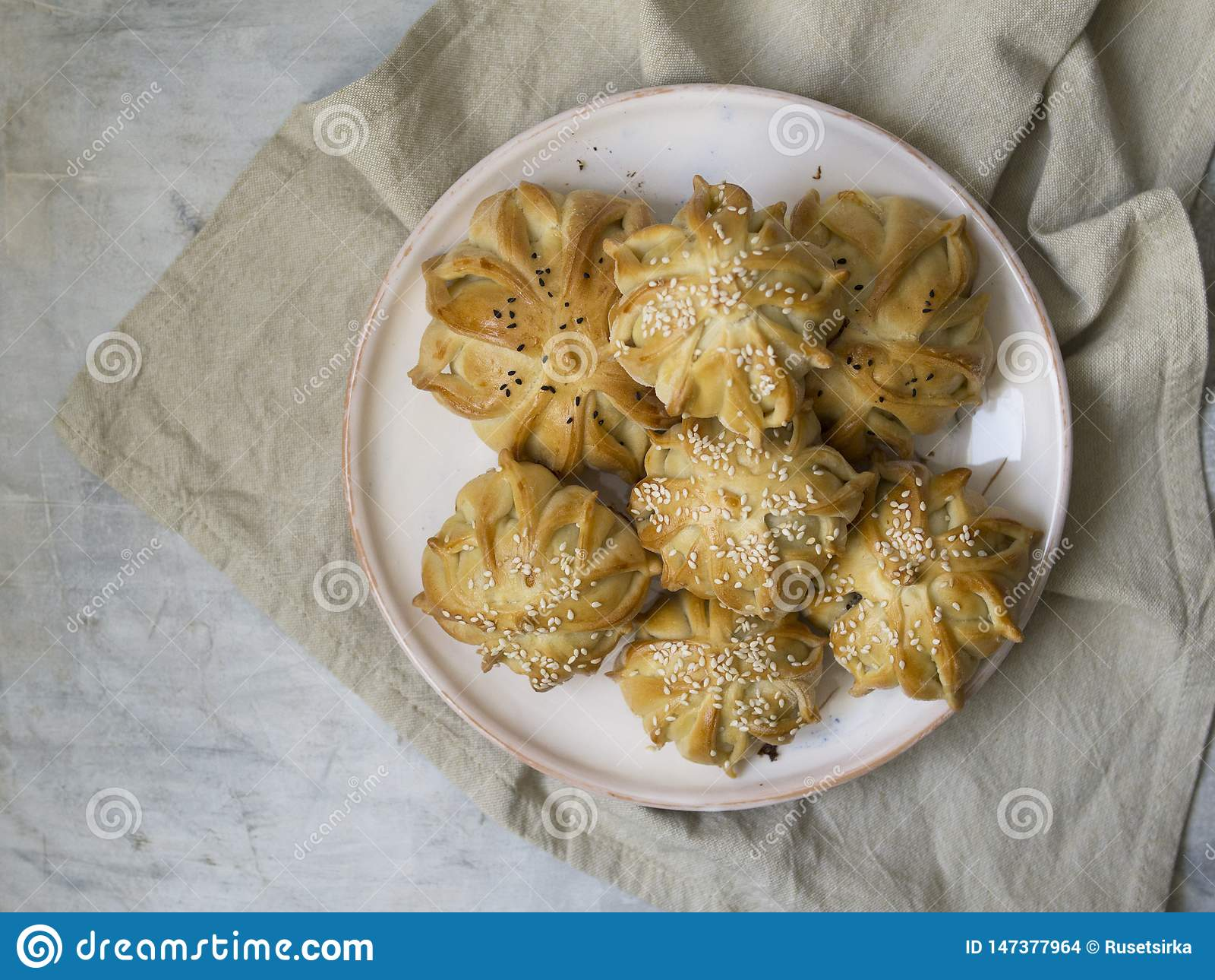 Deu forma interessantemente ? mini torta da carne fresca Tortas deliciosas do samosa com carne na placa no fundo cinzento Menu, r