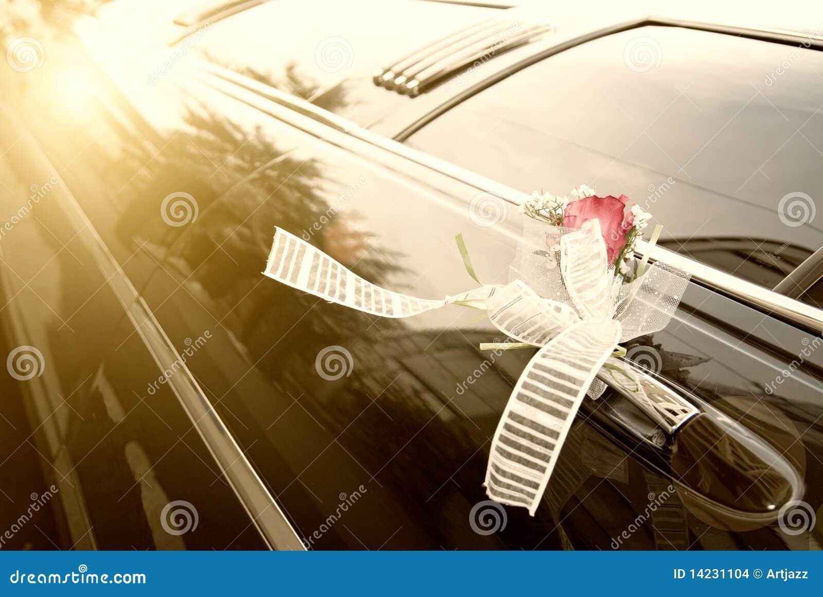 Deur van zwarte huwelijksauto met bloem