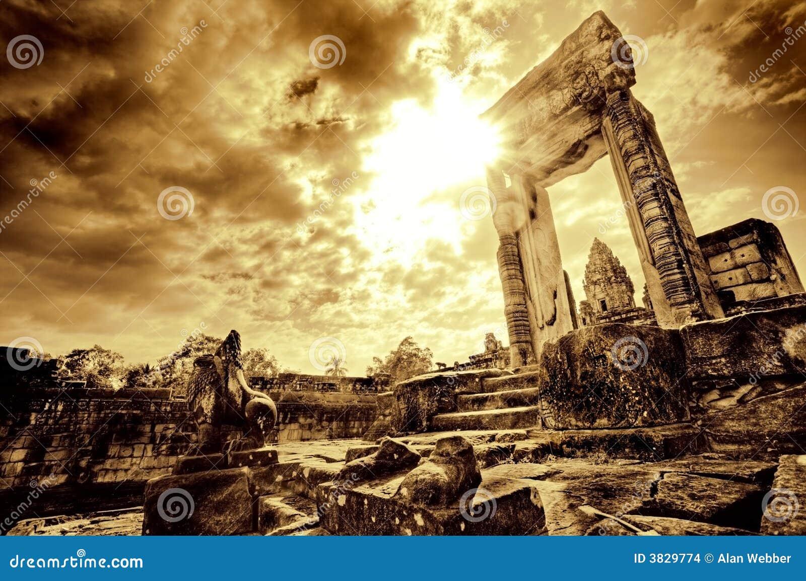 Deuropening in tempelruïne