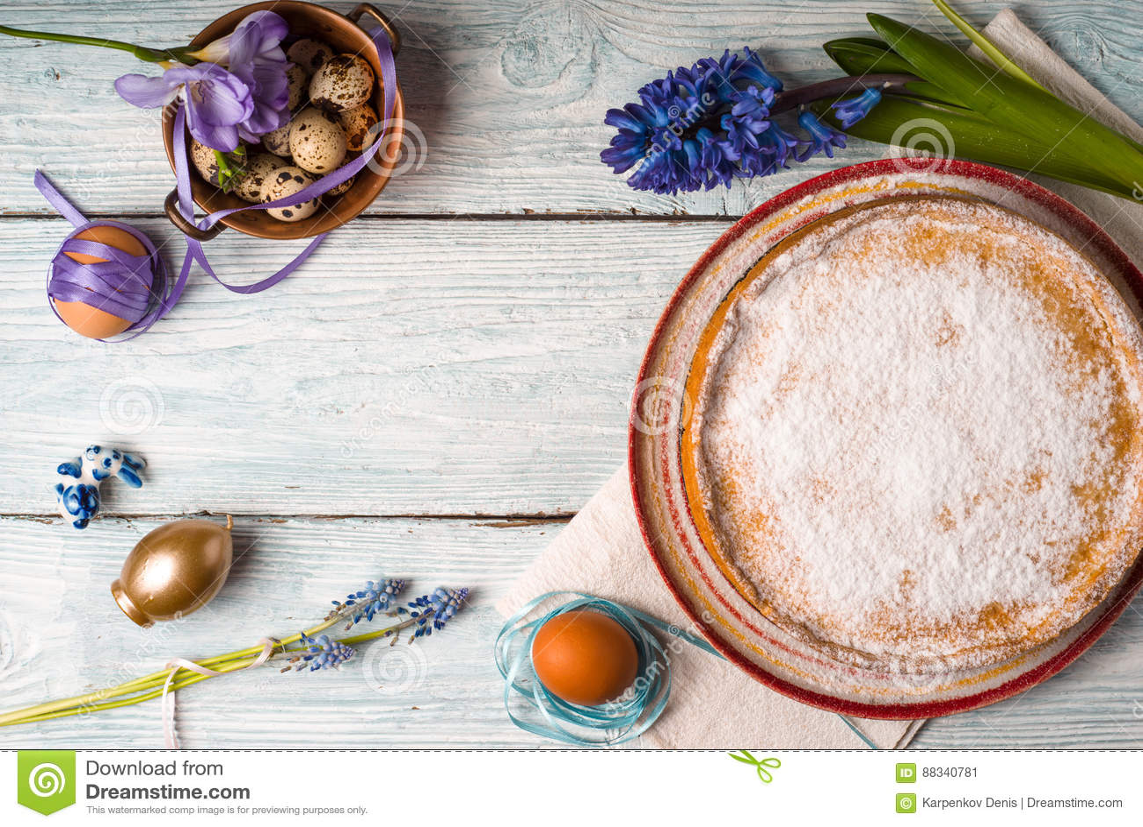 Deutsch Ostern Kuchen Eier Blühen Auf Dem Tisch Stockbild Bild