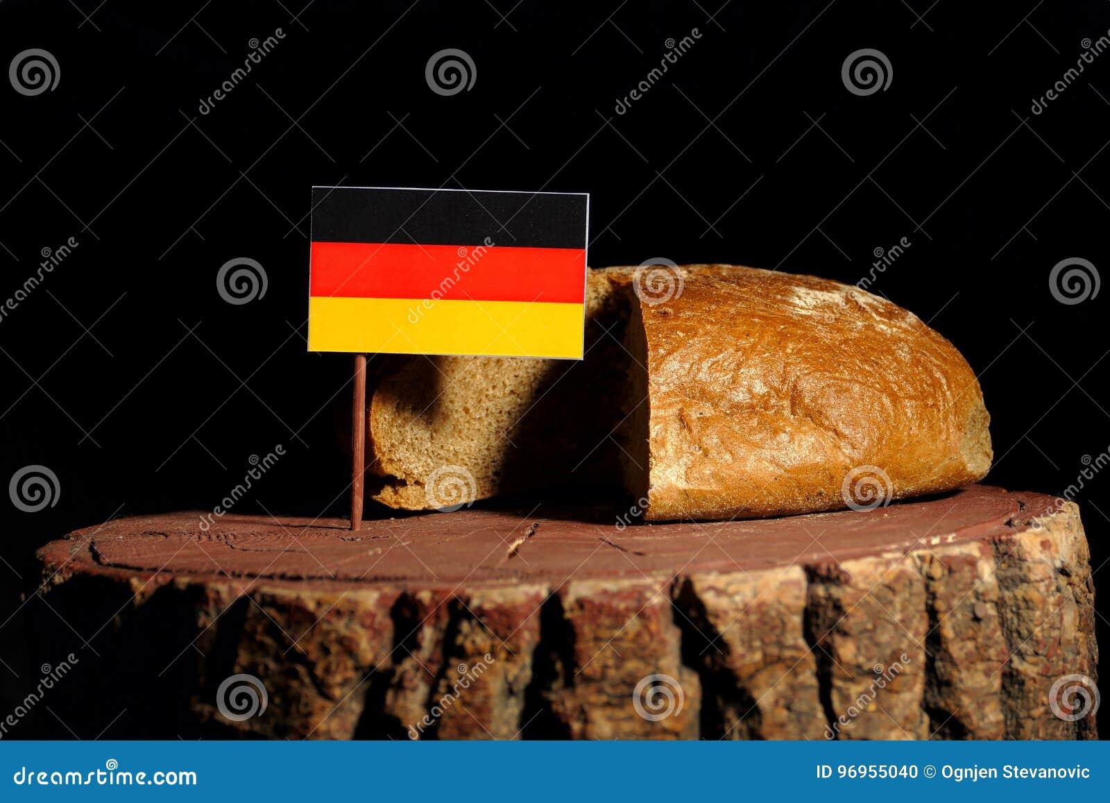Deutsche Flagge auf einem Stumpf mit Brot