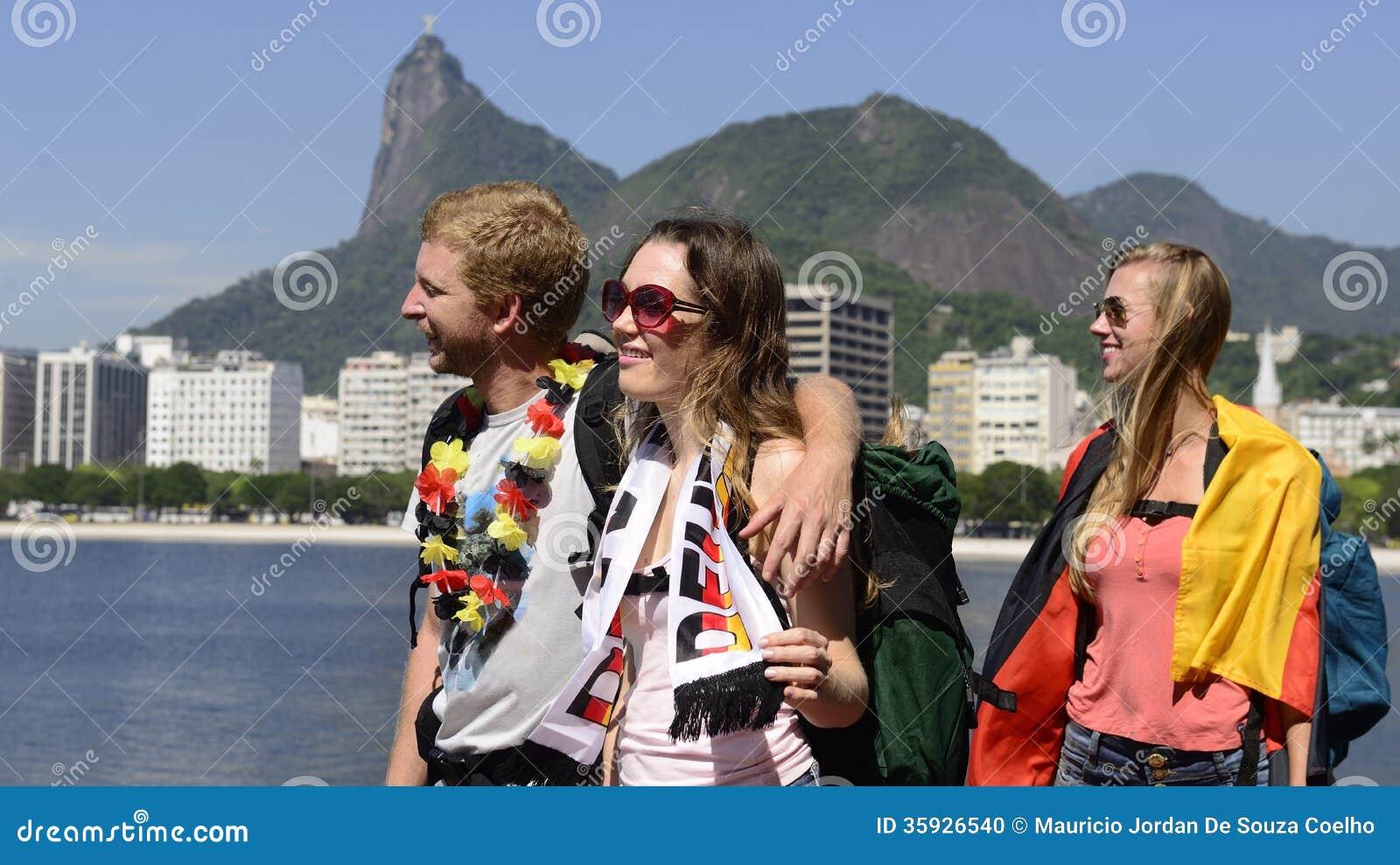 Deutsche Freunde, die bei Rio de Janeiro hält deutsche Flagge reisen.