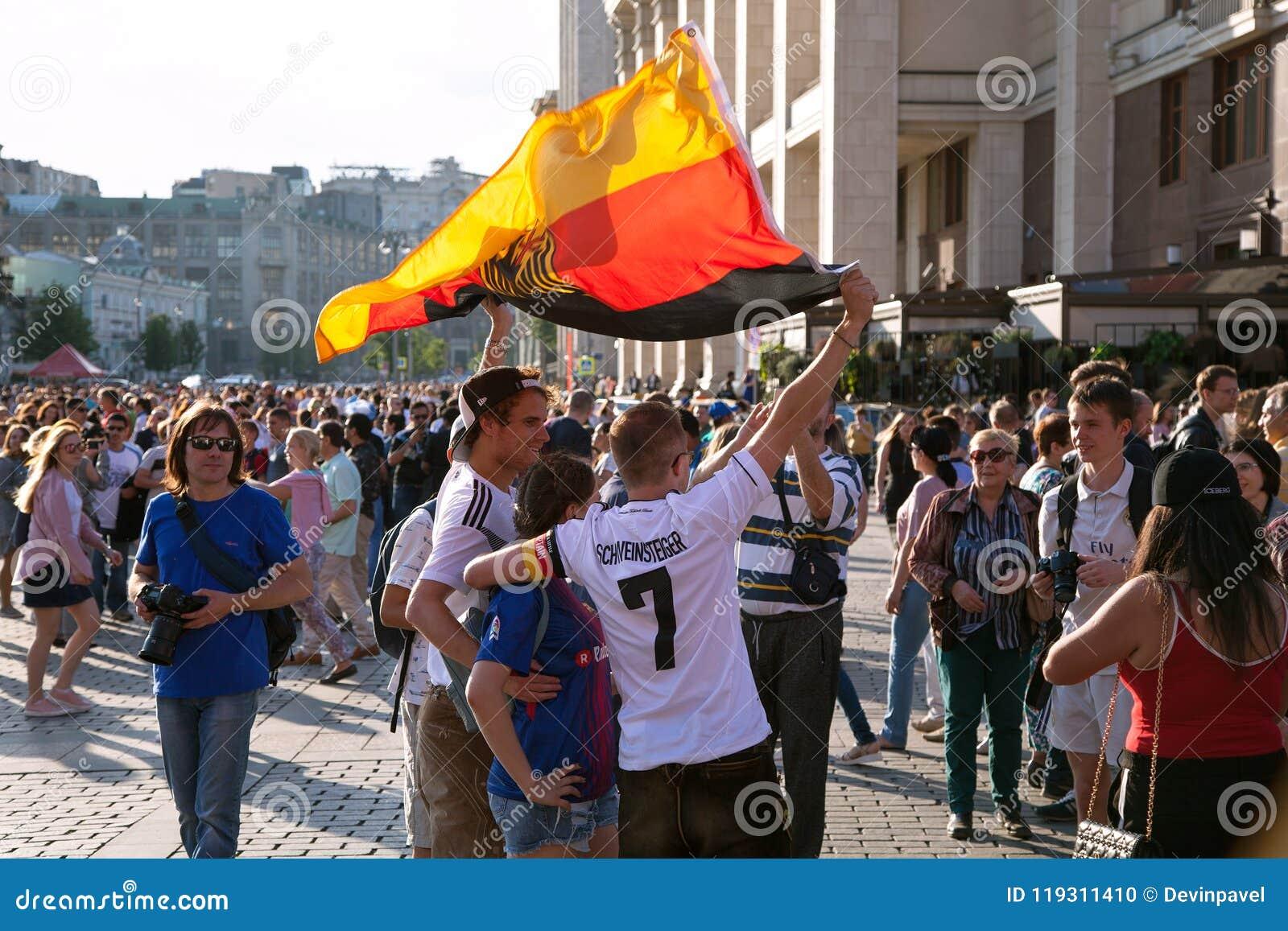 Deutsche Fußballfane mit Flagge auf rotem Quadrat Fußballweltcup
