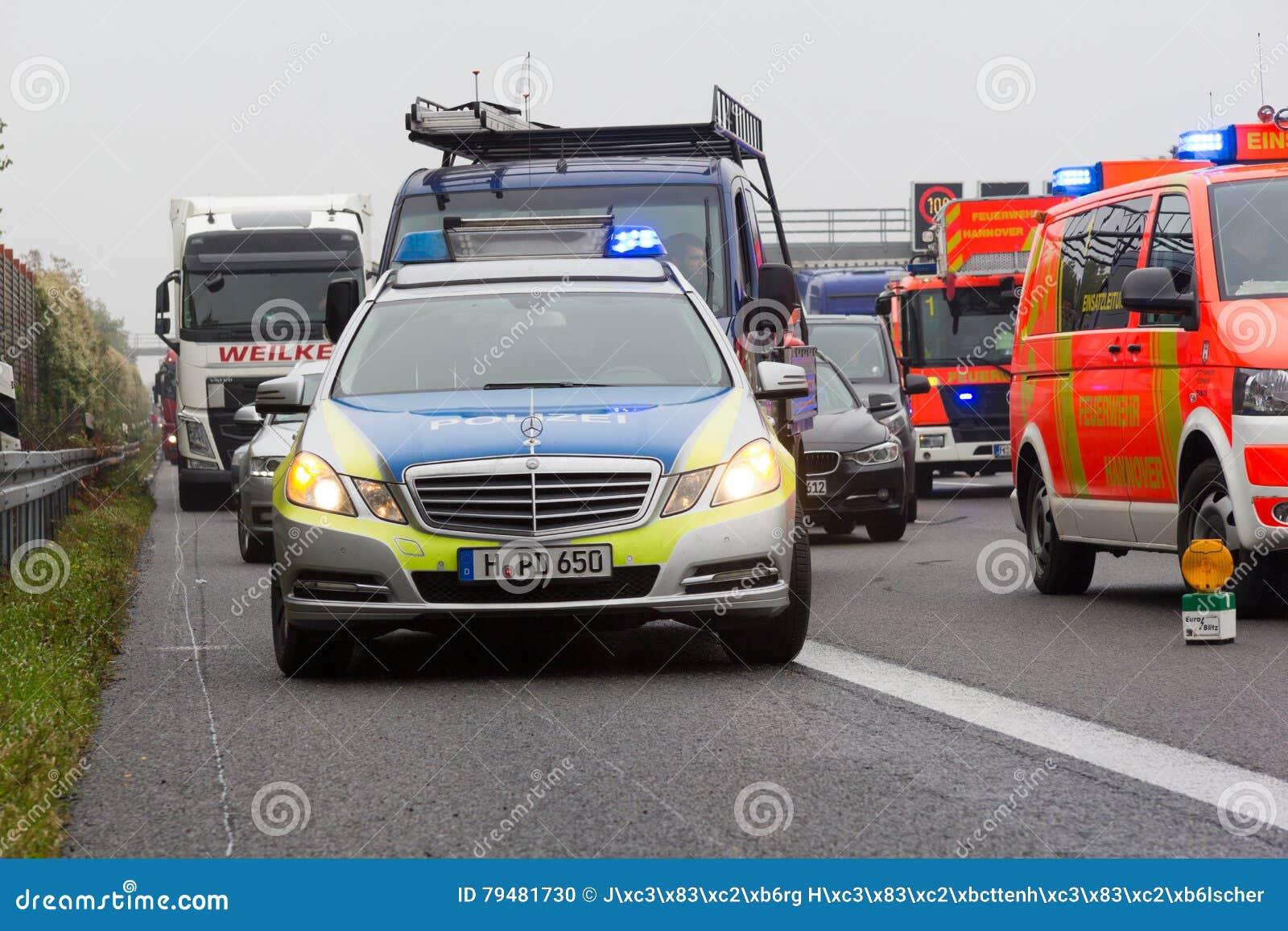 Deutsche Polizeiwagenstände auf Autobahn a2 durch einen LKW stoßen nahe Hannover zusammen