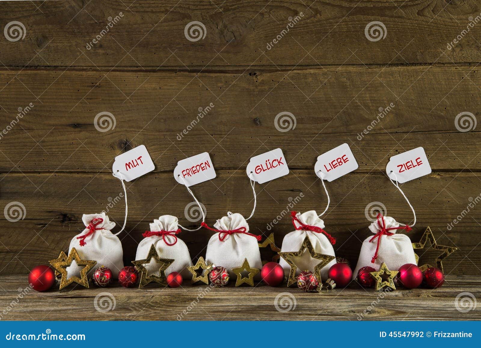 deutsche weihnachtsgr e mit geschenken und text auf h lzerner r ckseite stockfoto bild von