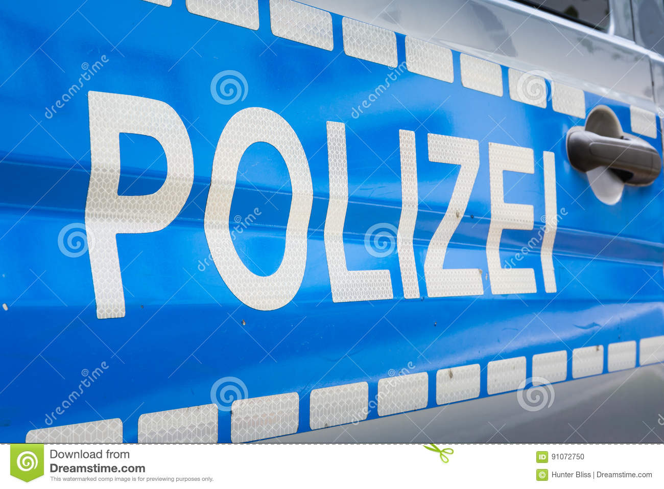 deutscher polizei auto aufkleber ausweis polizei blaues silbernes reflektierendes saf stockfoto. Black Bedroom Furniture Sets. Home Design Ideas