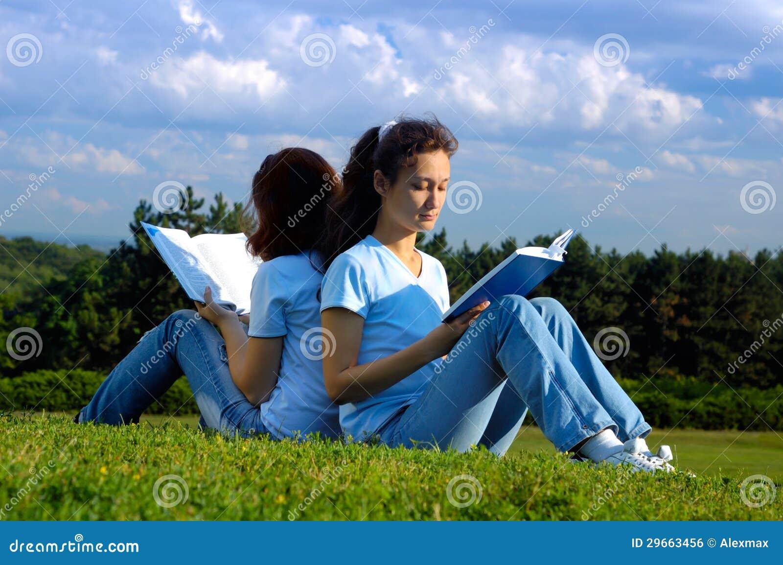 Deux étudiantes étudiant la lecture dehors