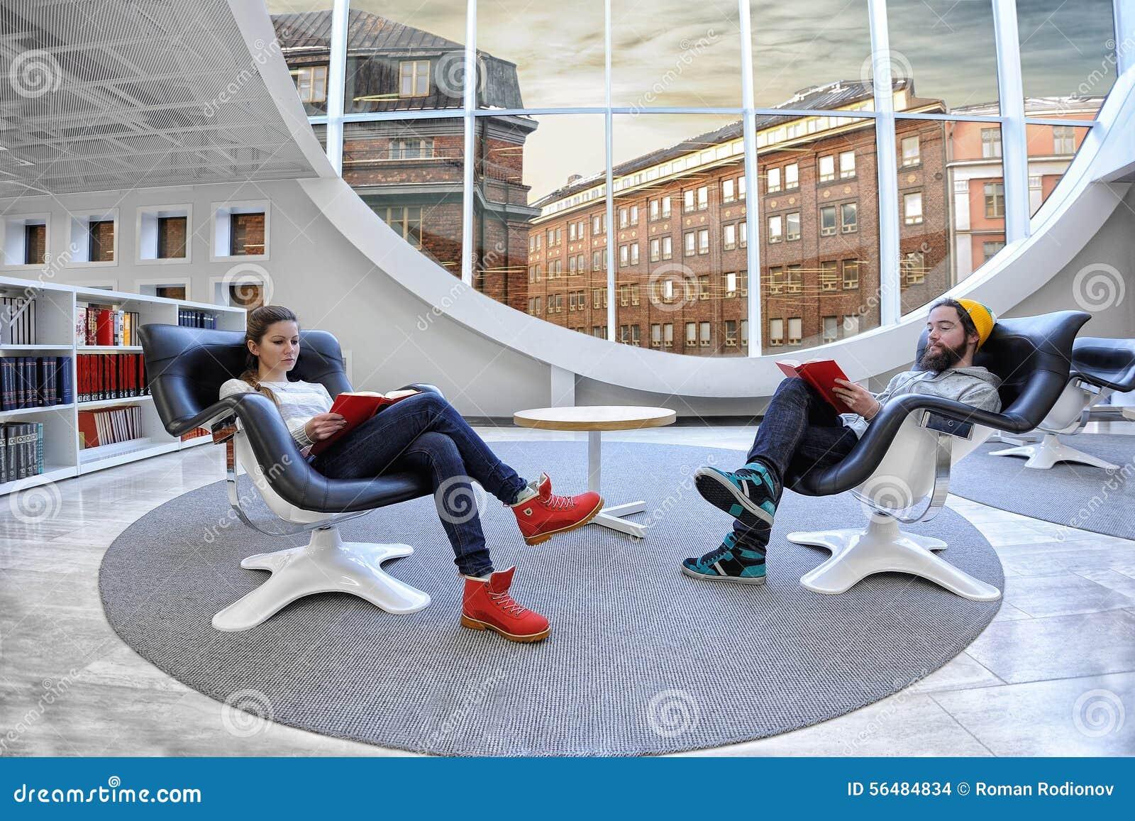 Deux étudiants à la bibliothèque