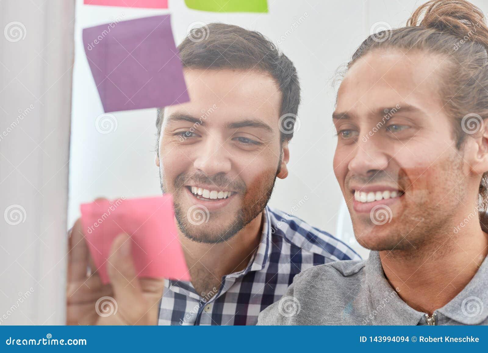 Deux étudiants rassemblent des idées sur le papier
