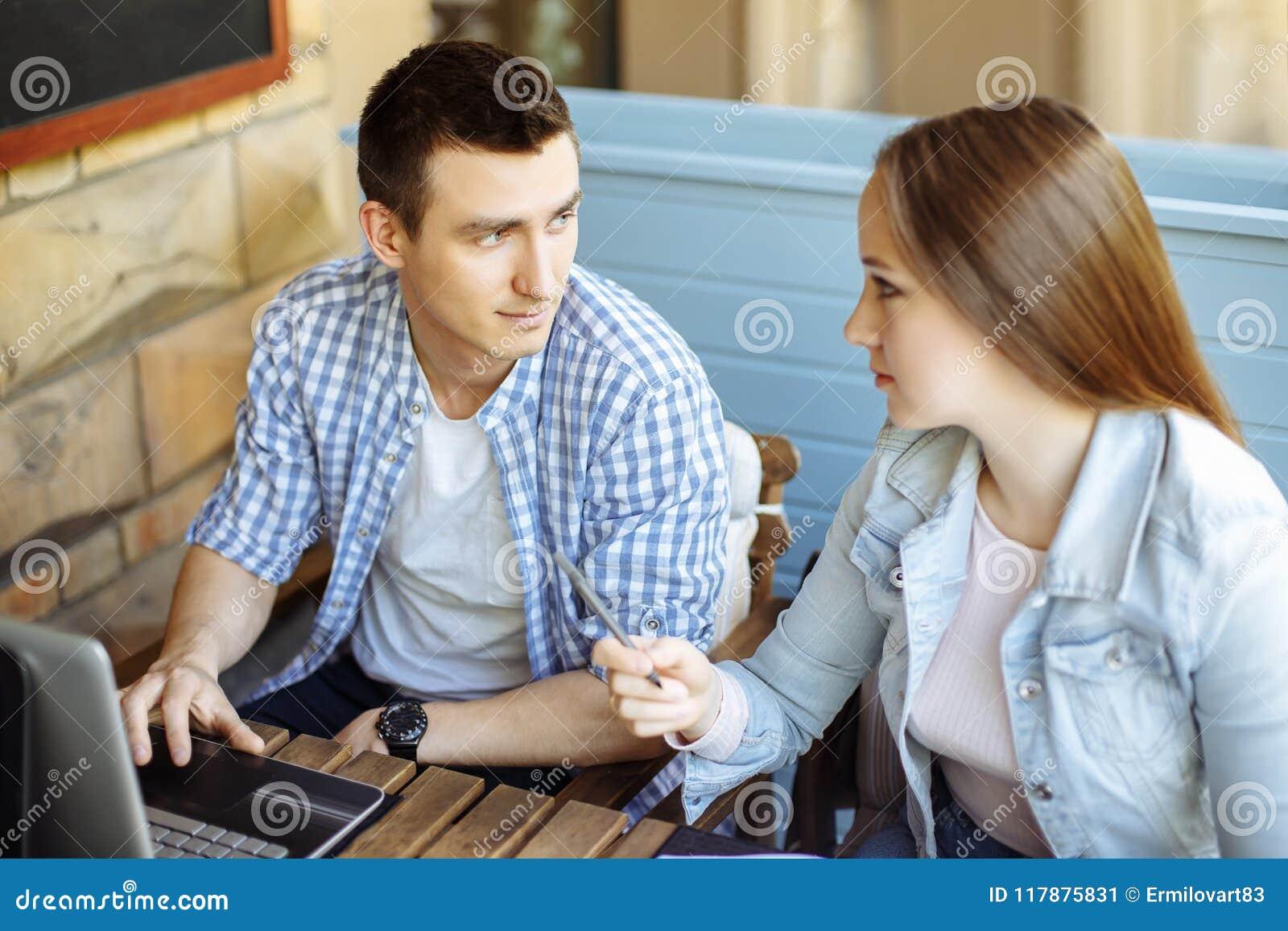Deux étudiants se préparant au séminaire dans un café