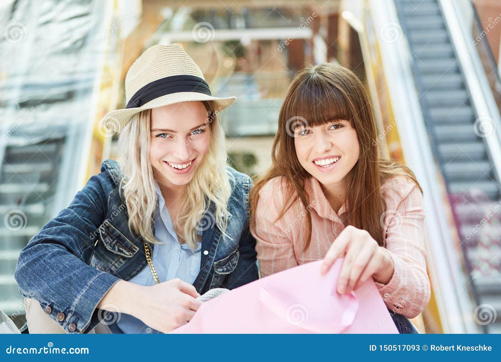 Deux adolescentes dans le centre commercial