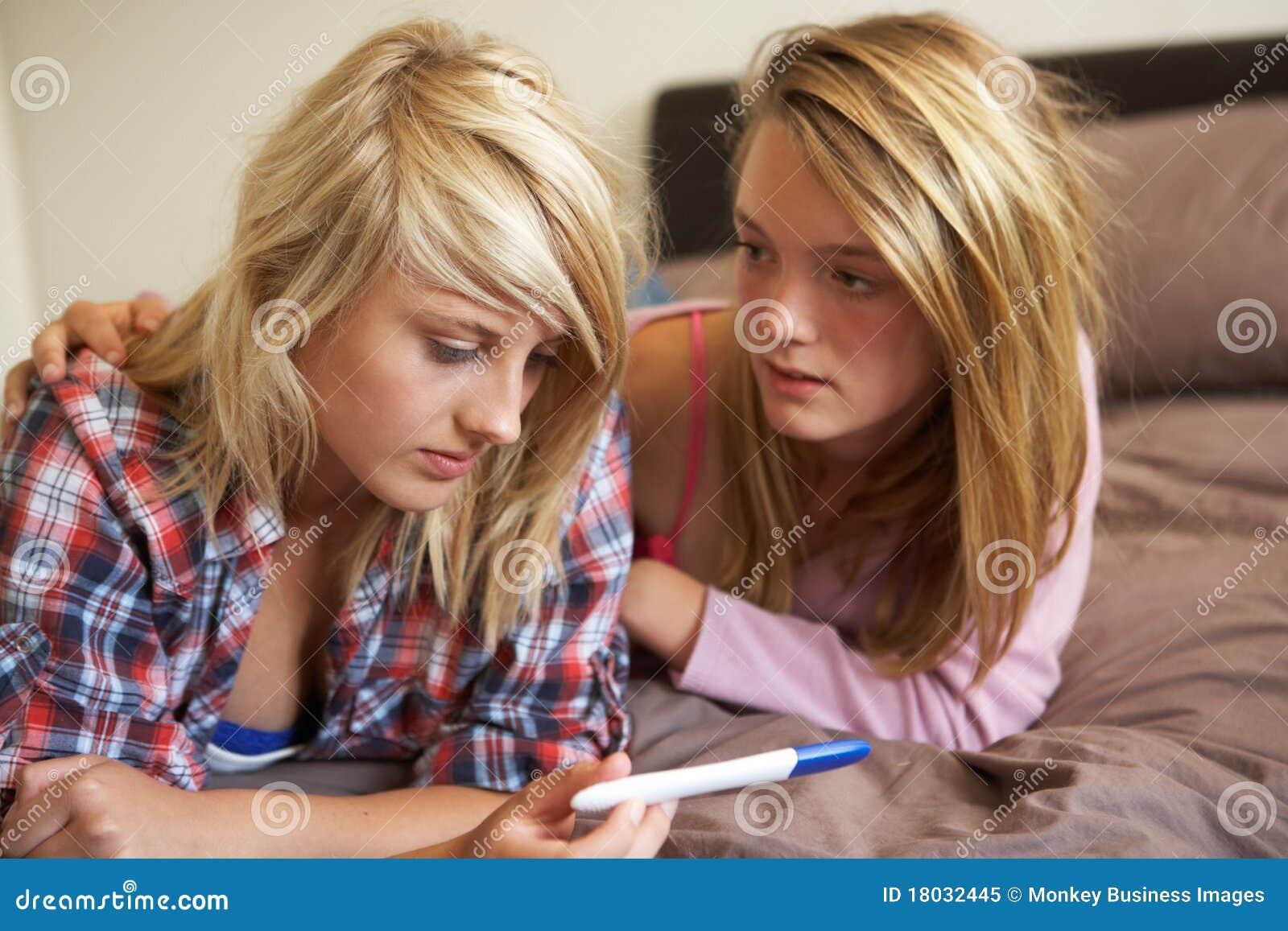 Deux adolescentes se trouvant sur le bâti