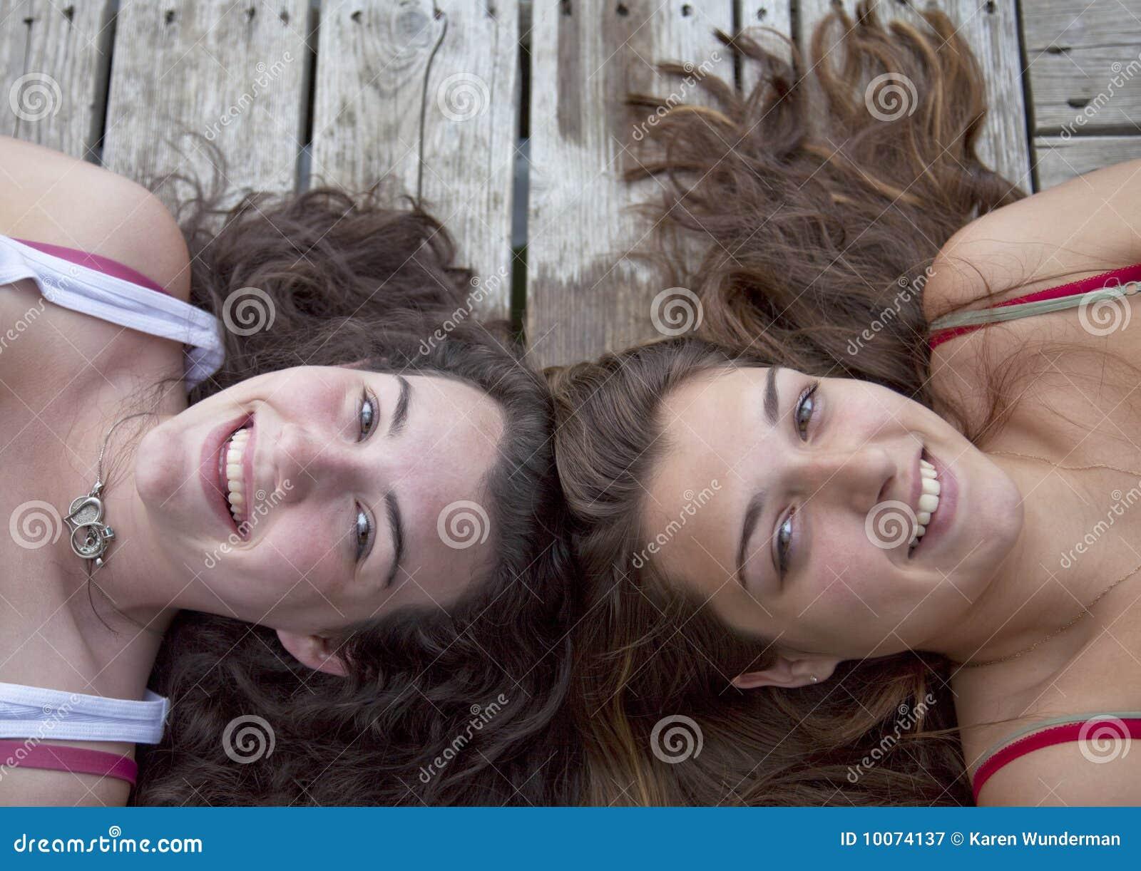 Deux adolescentes sur le dock, tête à tête