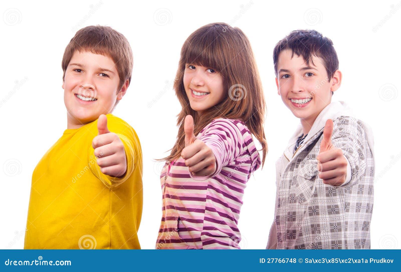 Deux adolescents et une fille affichant des pouces vers le haut