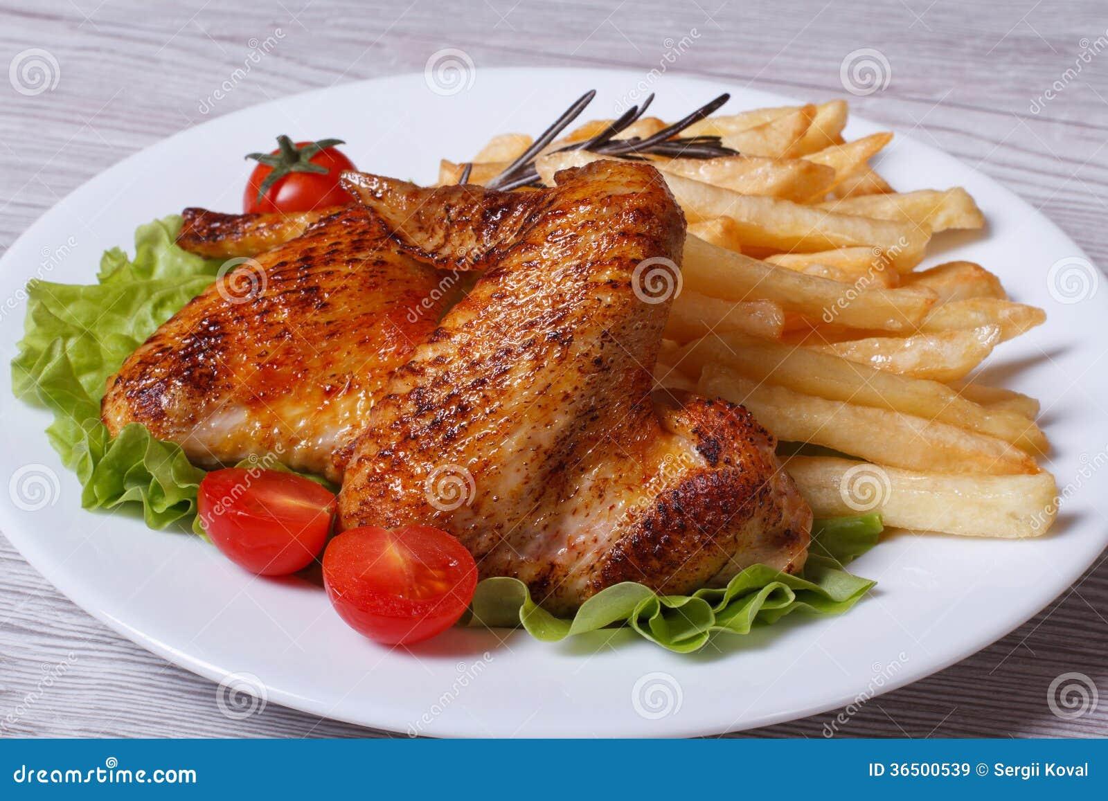Deux ailes de poulet frit avec une croûte croustillante et des fritures