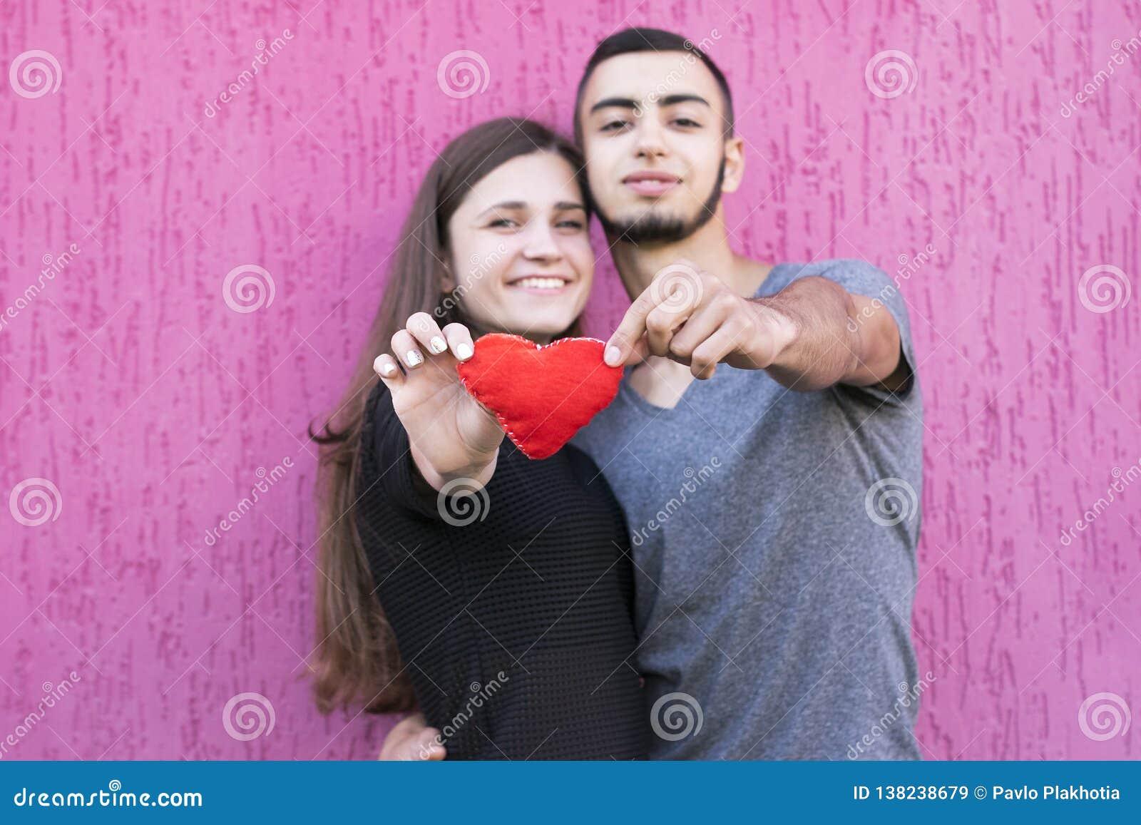 Deux amants avec le coeur rouge