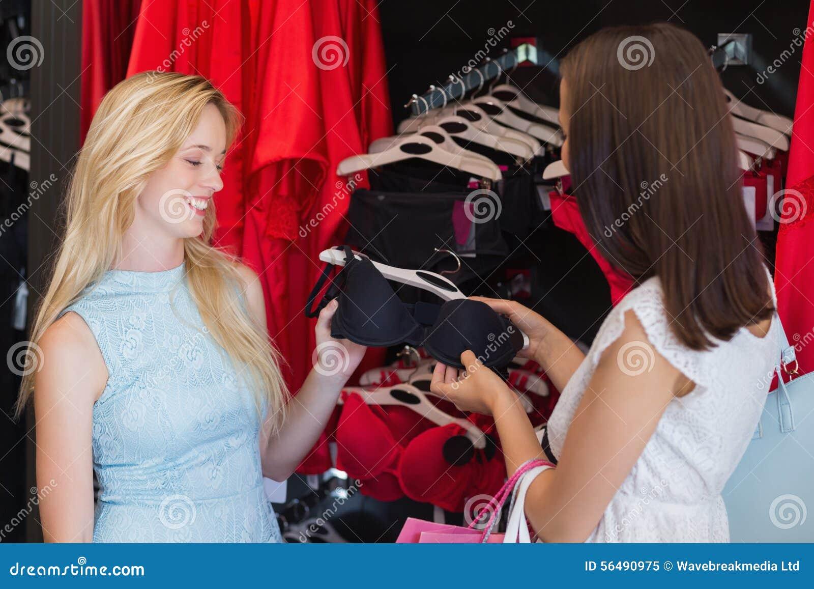 Deux amis de femmes regardant un soutien-gorge