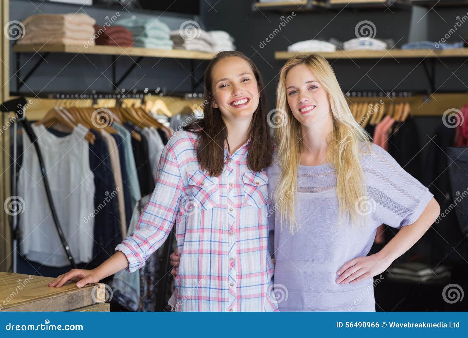 Deux amis féminins se tenant ensemble et souriant à l appareil-photo